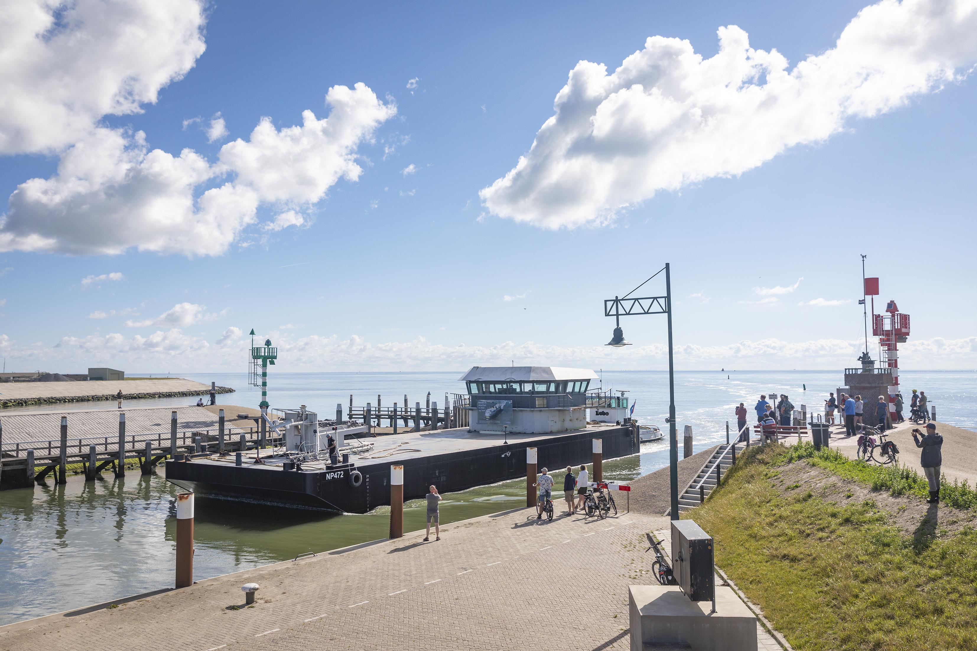 Stuurhuis voormalige veerboot Schulpengat is weer terug op Texel. Maandag volgt het laatste deel van de reis: van Oudeschild naar Flora
