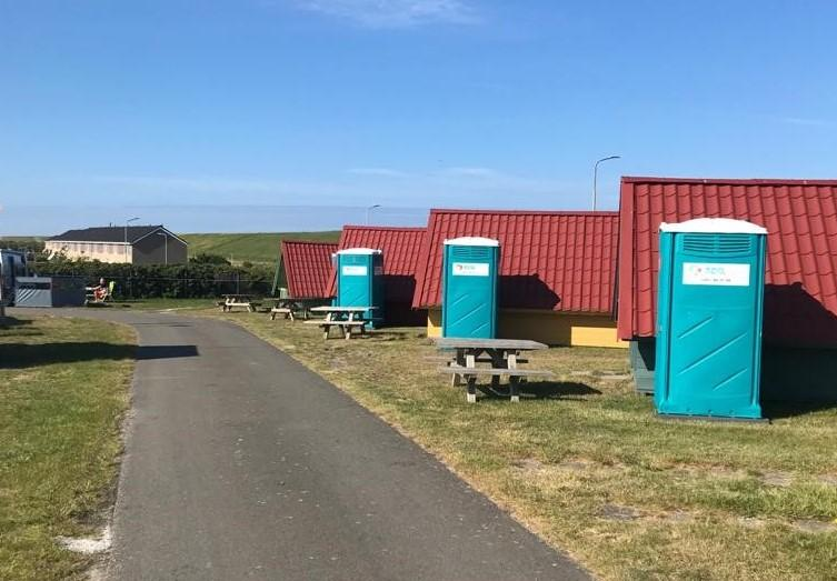 In tijden van corona toch naar de wc kunnen op een camping. Corfwater in Petten laat honderd wc's plaatsen