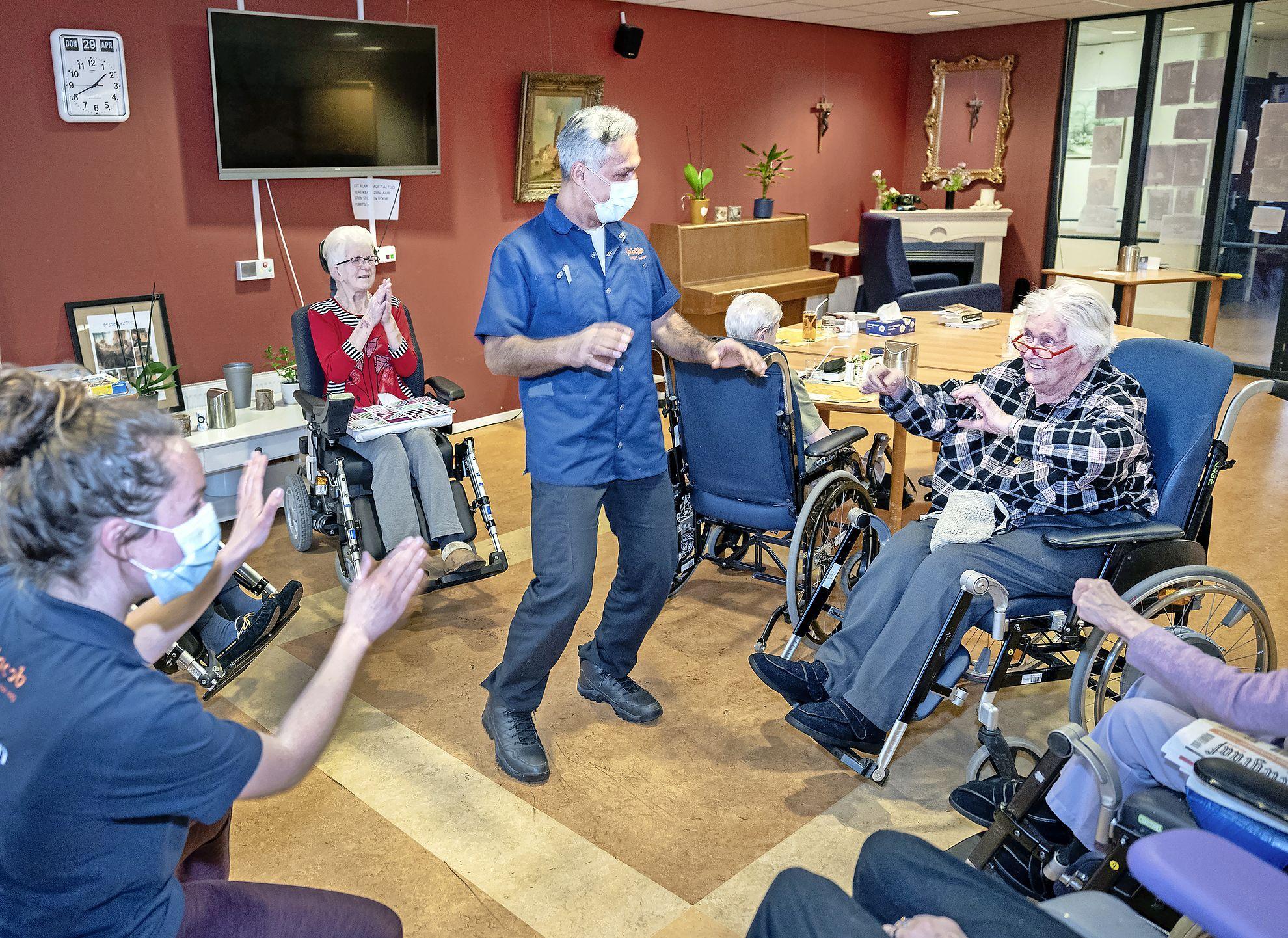 Everybody Dance Now in woonzorgcentrum Bosbeek in Heemstede. Even lekker los gaan in woonzorgcentrum. 'Je kunt ook met handen en hoofd dansen'