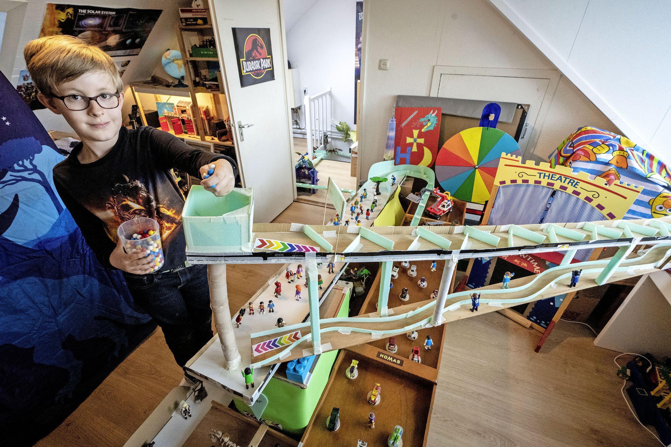 Hugo (8) bouwt 75 meter lange knikkerbaan door het hele huis: 'Alle vriendjes willen hier komen spelen' [video]