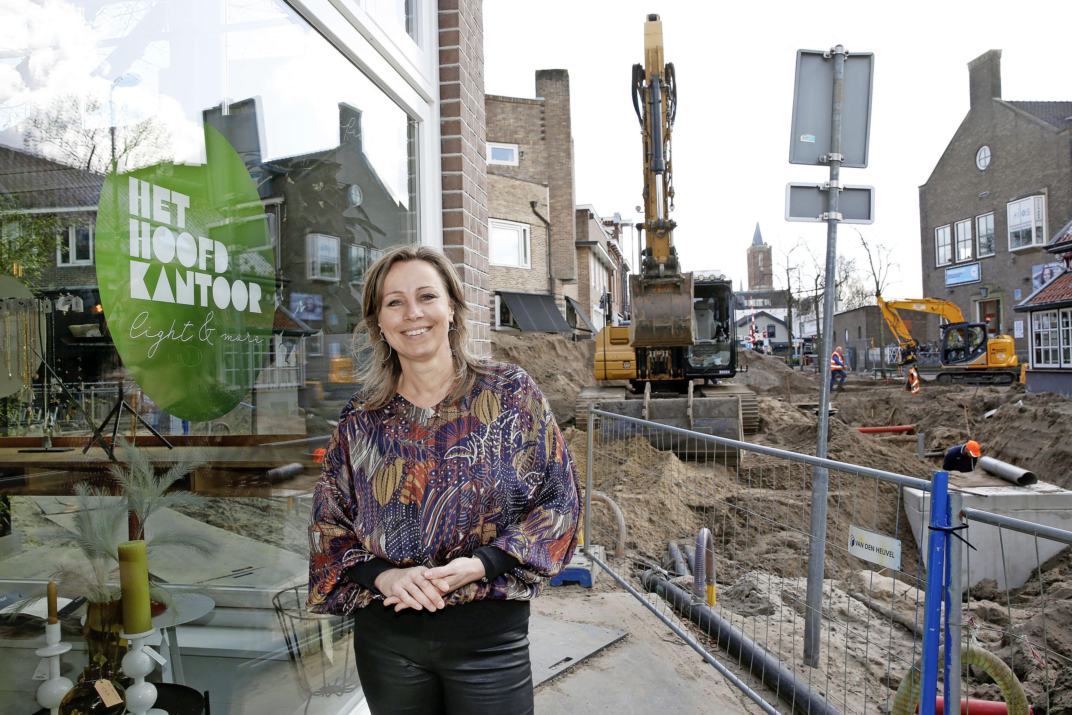 'Gemeente help ons.' Bussumse ondernemers in Herenstraat en Spiegelstraat balen van vertraagde wegwerkzaamheden; 'Bovenop corona slecht bereikbaar en onveilige situatie voor de deur'