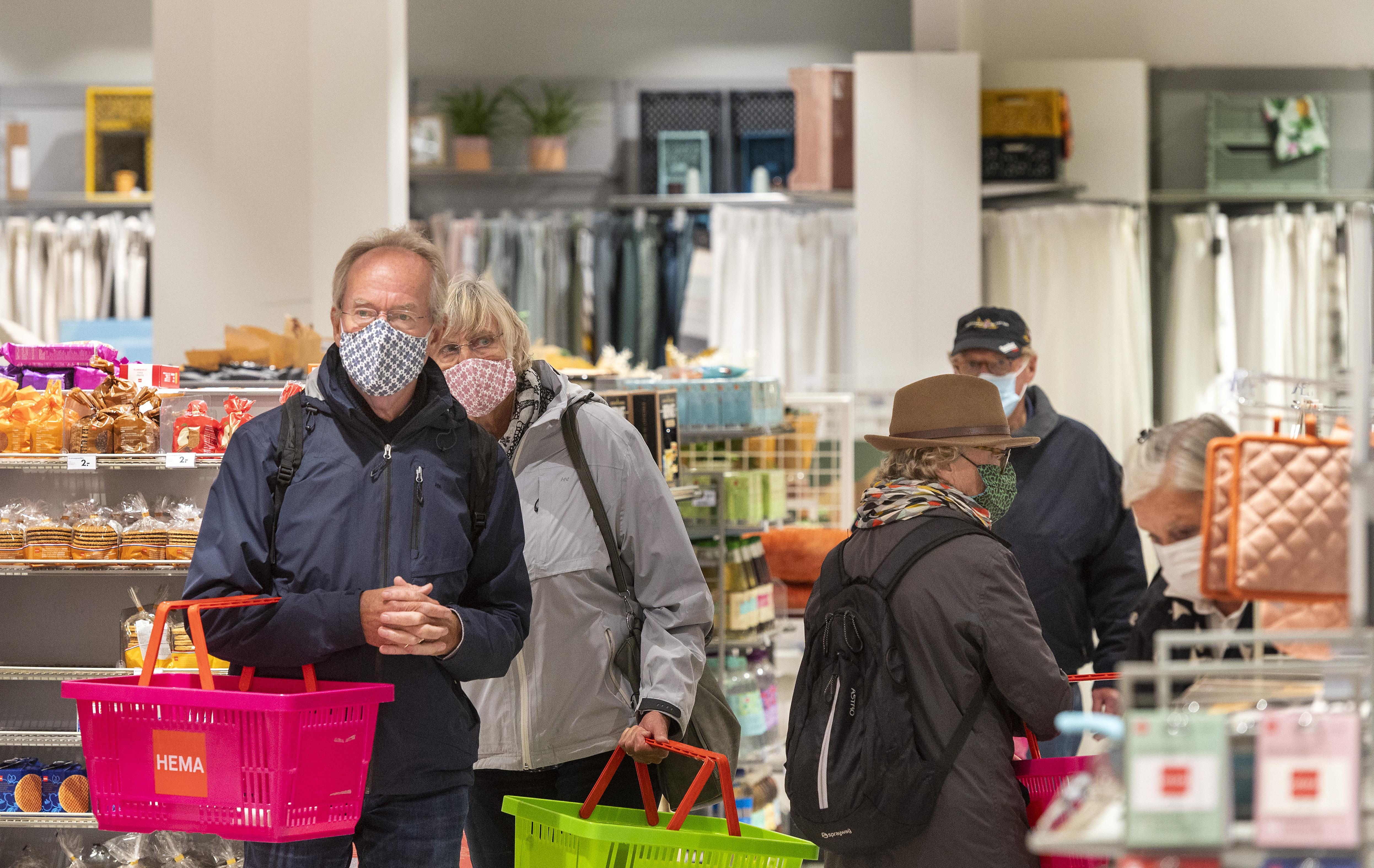 Winkelend publiek bij de Hema's in Haarlem is de uitzondering, want mondkapjes zijn nog nauwelijks te zien in de winkels