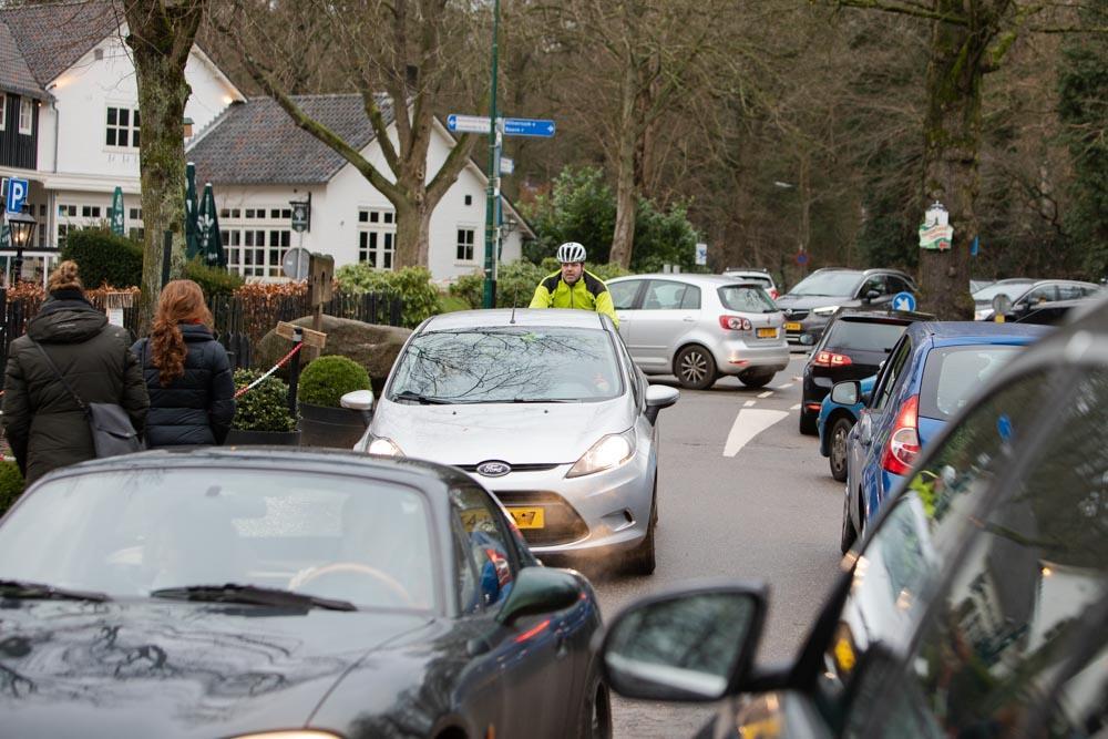 Te druk in Lage Vuursche; Verkeersregelaars houden zondagmiddag auto's tijdelijk tegen