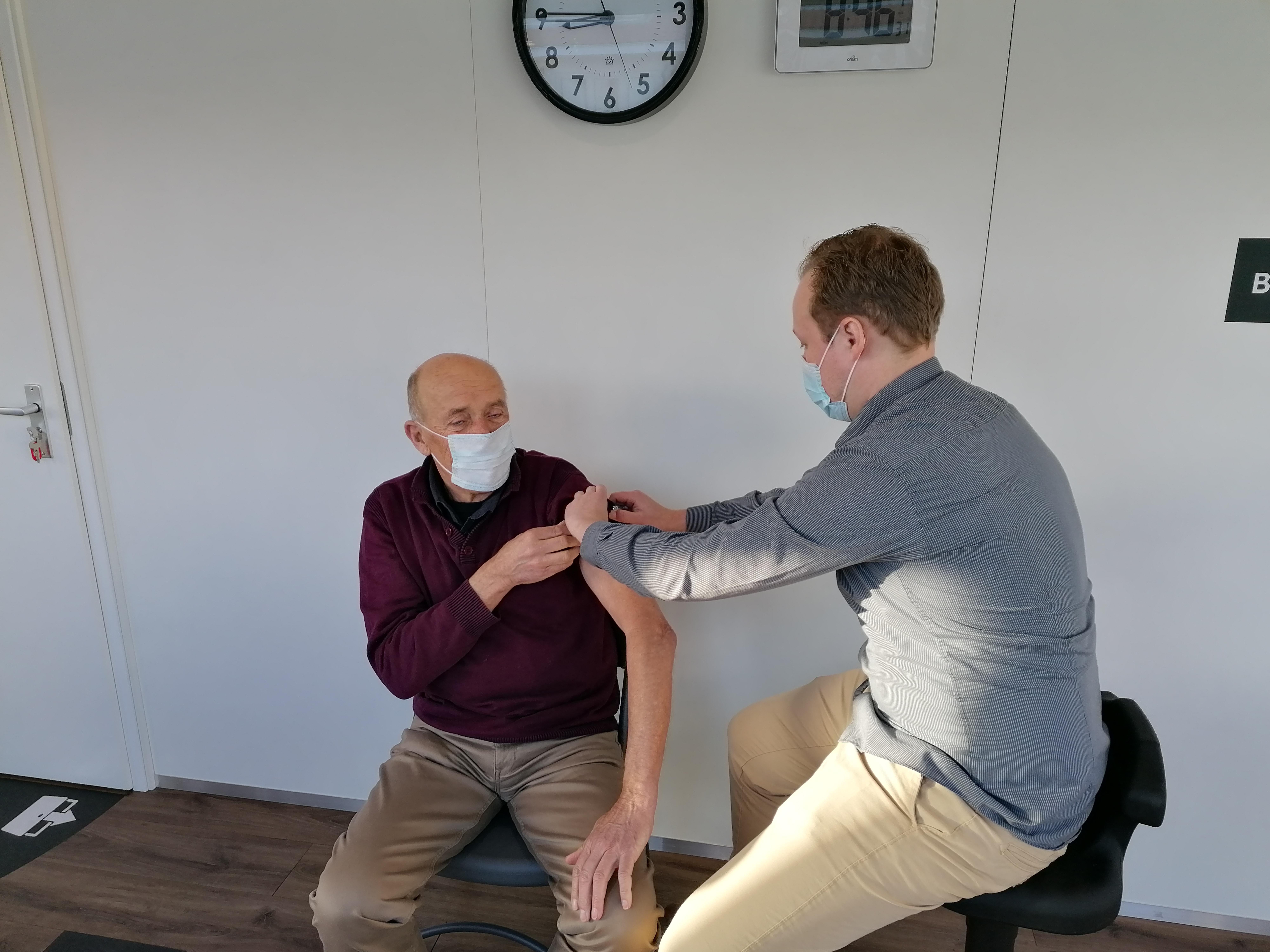 Eerste pop-up vaccinatielocatie van Nederland geopend in Zandvoort: 'Fijn dat ouderen nu voor beide prikken dichtbij huis terecht kunnen'