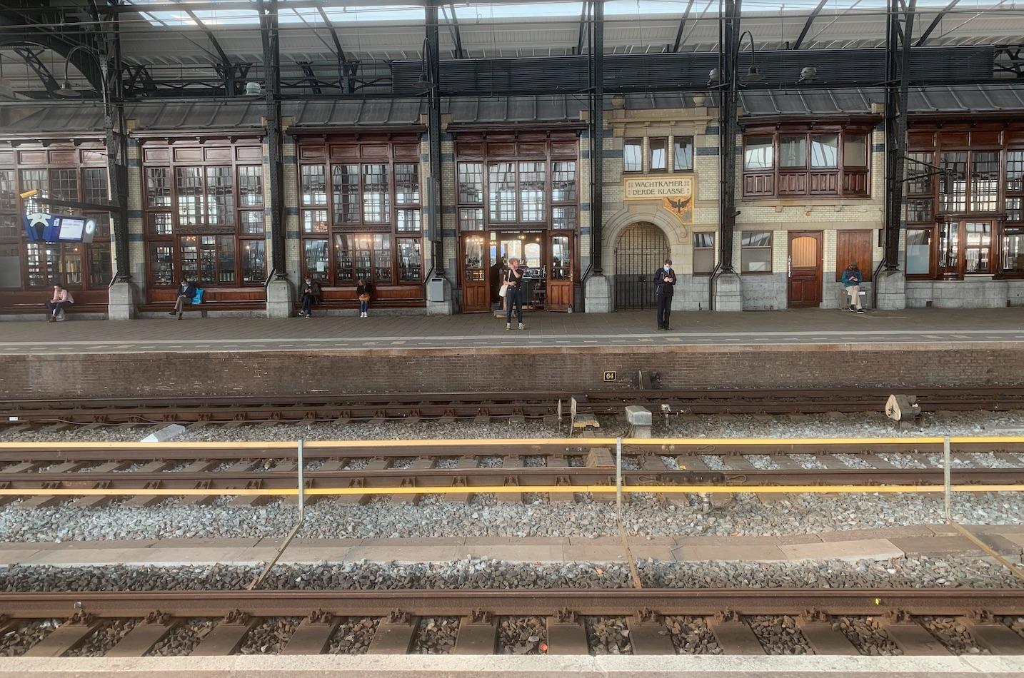 Perronwanden station Haarlem gerestaureerd en schoongemaakt, 1.600 meter aan metselwerk wordt in de weekenden aangepakt