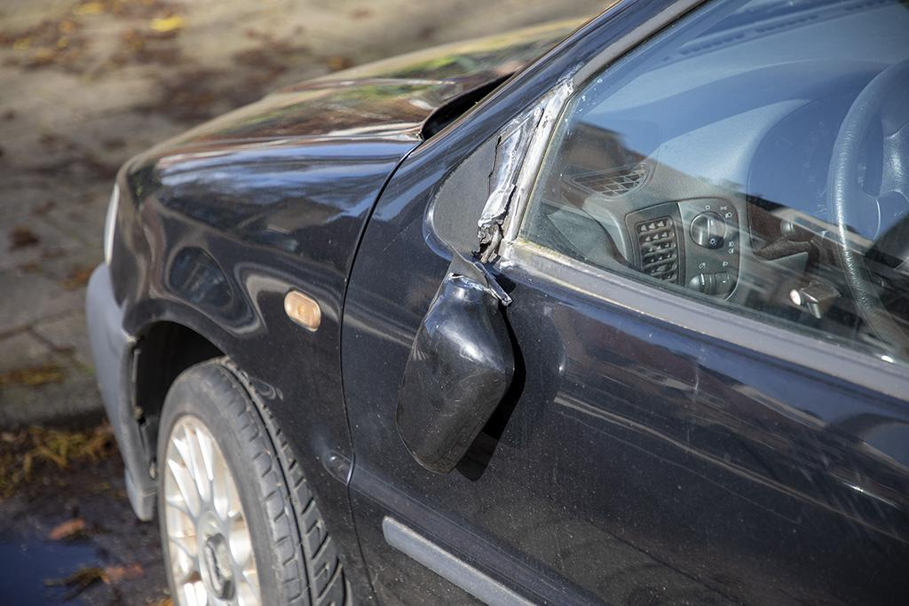 Spoor van vernielde autospiegels in Van 't Hoffstraat in Haarlem: 'Ik heb toch maar aangifte gedaan'