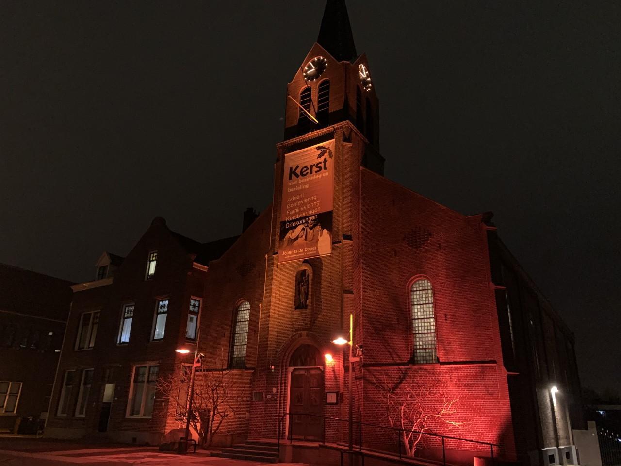 Joannes de Doperkerk in Hoofddorp kleurt rood voor vrijheid van goedsdienst