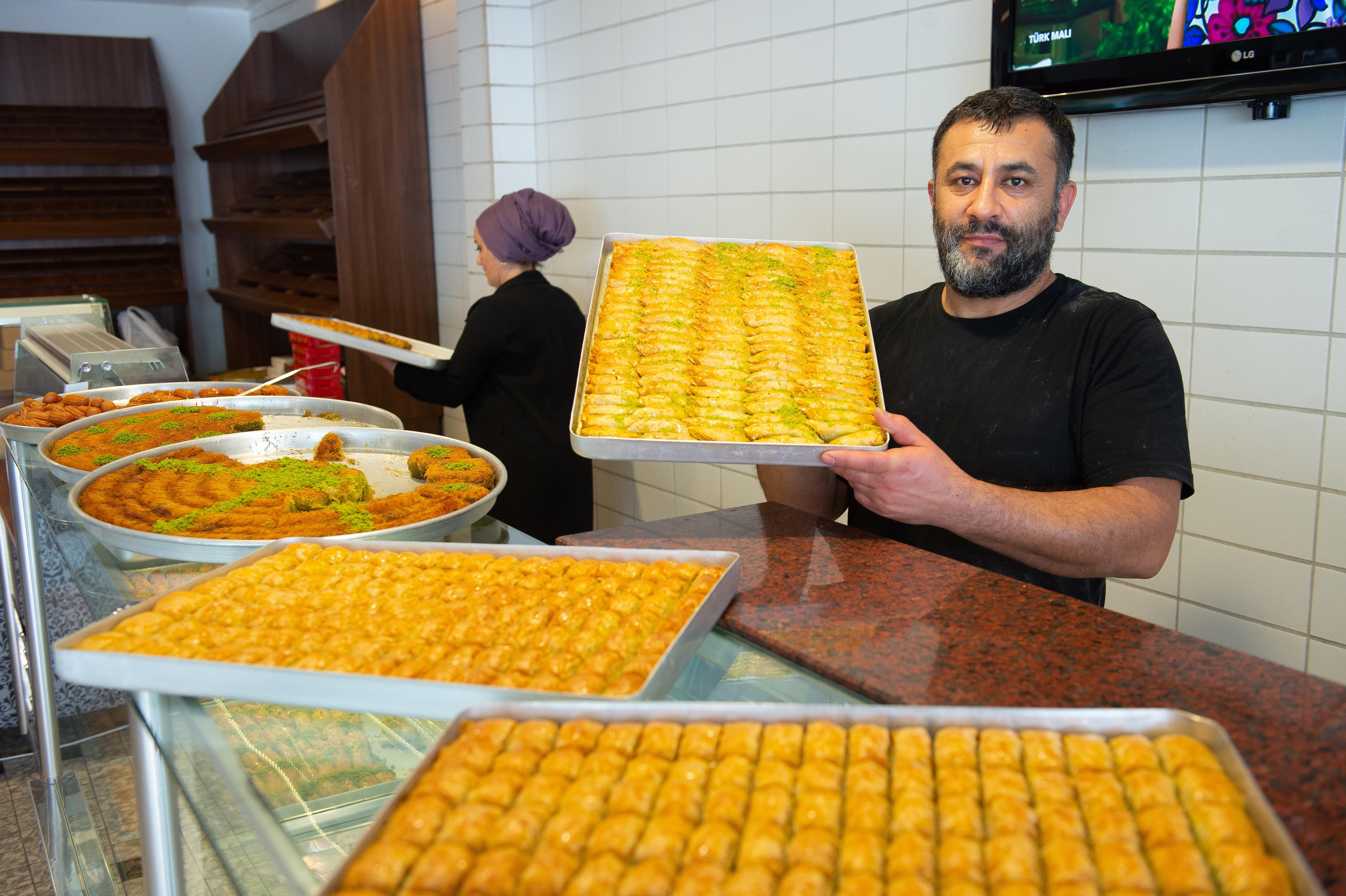 Suikerfeest goed voor klandizie in winkels Poelenburg, Zaandam