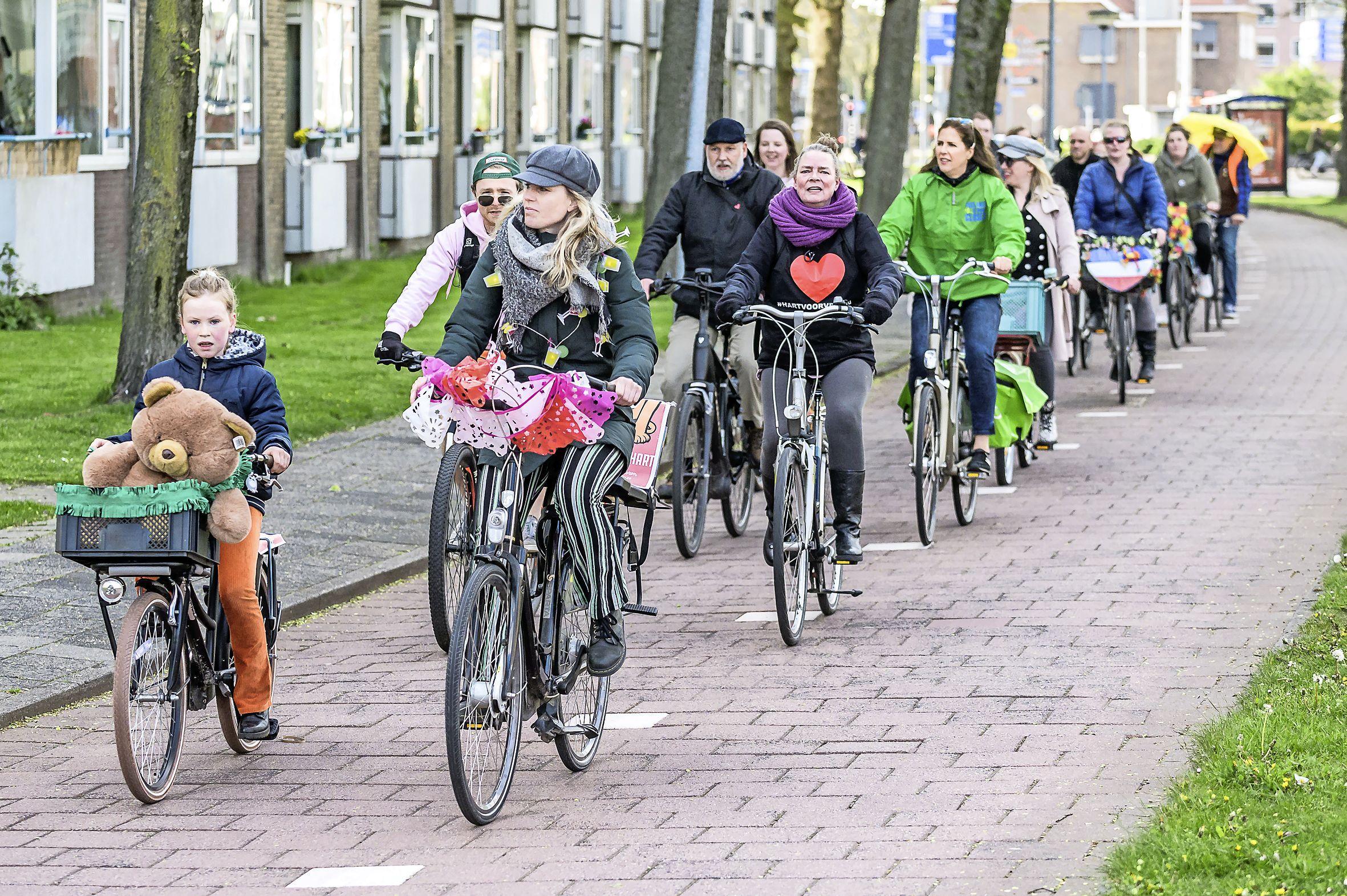 Fietsrave zonder jongeren in Zaandam, wel bezorgde moeders op de Burcht