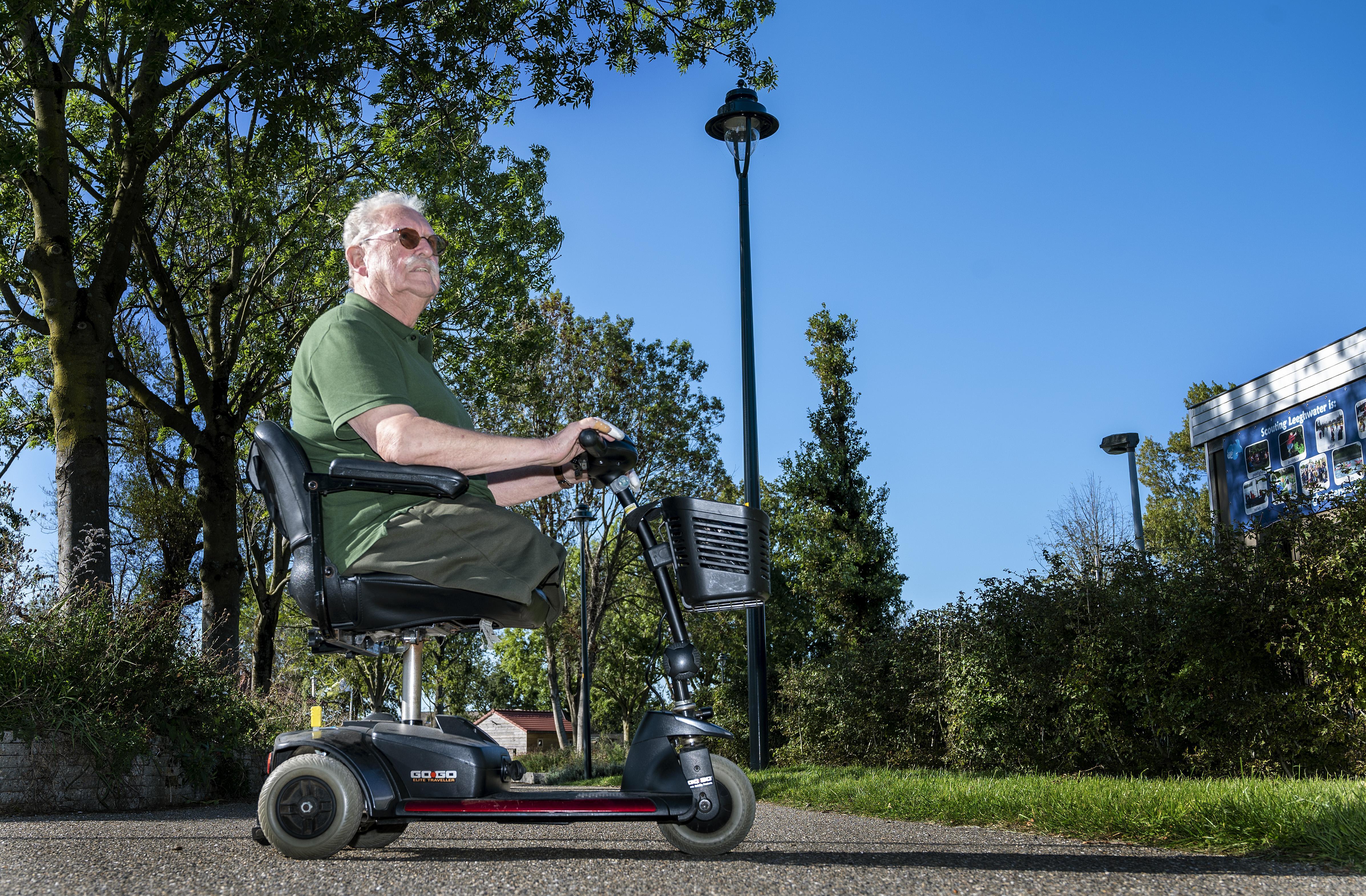 Badhoevedorper Hans (78) valt na middagje jeu-de-boulen uit scootmobiel door pestende jongeren: 'We laten ons door deze etters niet onze hobby afpakken'