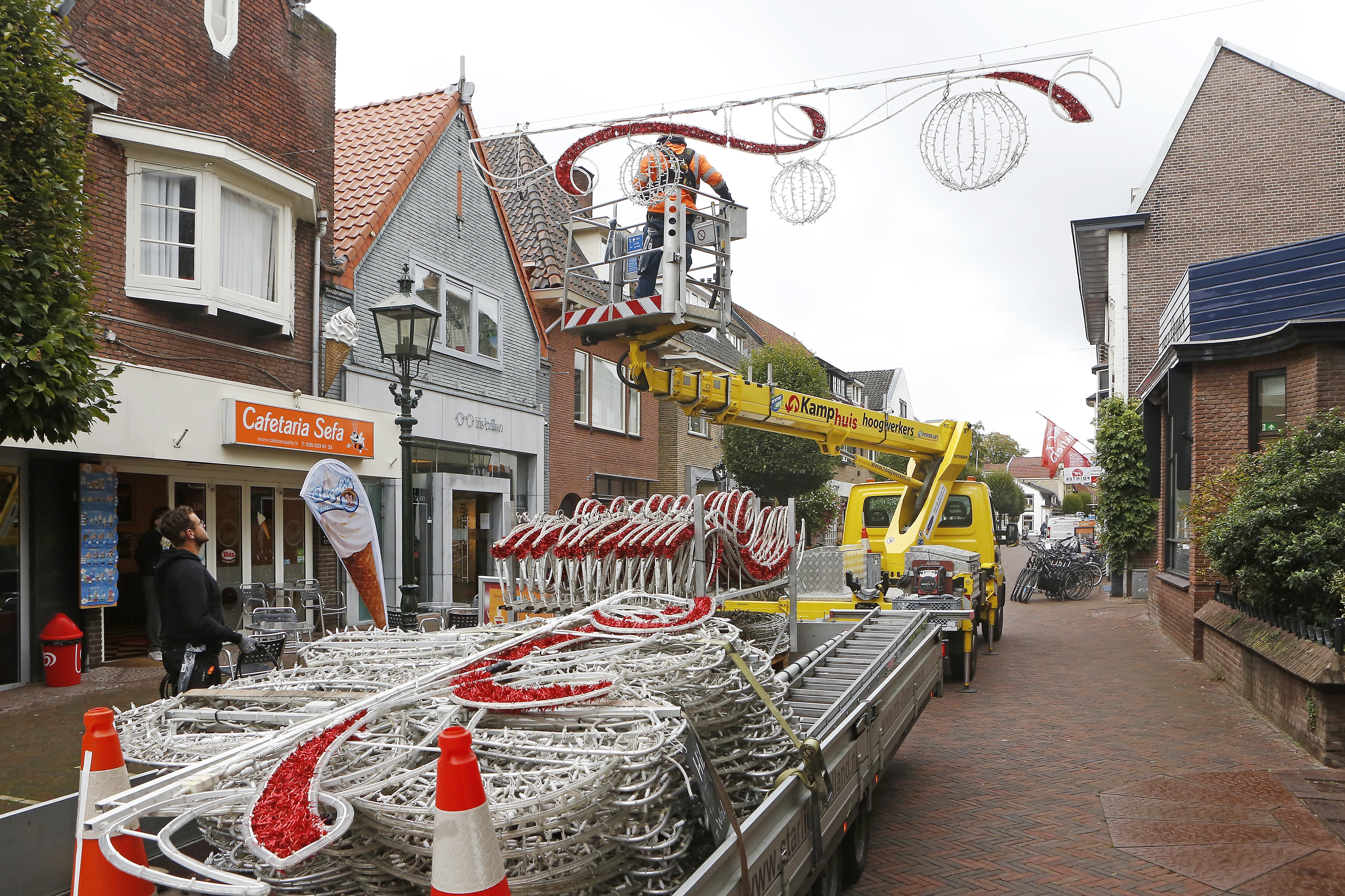 Baarns winkelcentrum maakt zich op voor de feestmaand: de lampjes hangen