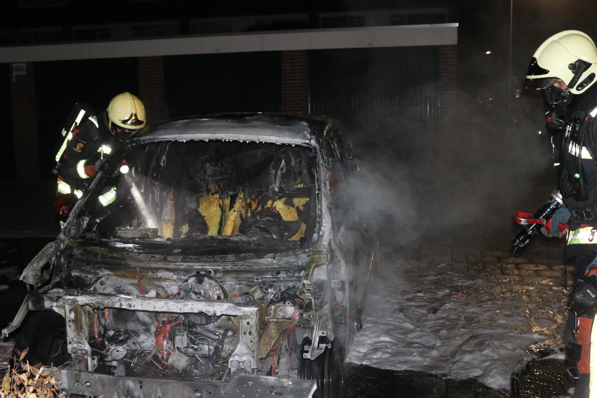 Auto in brand gestoken in Rijnsburg, getuige hoort mensen wegrennen