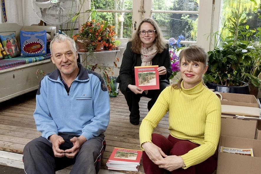 Exemplaar reisboek Terrie Hessels en Emma Fischer voor burgemeester Judith Michel
