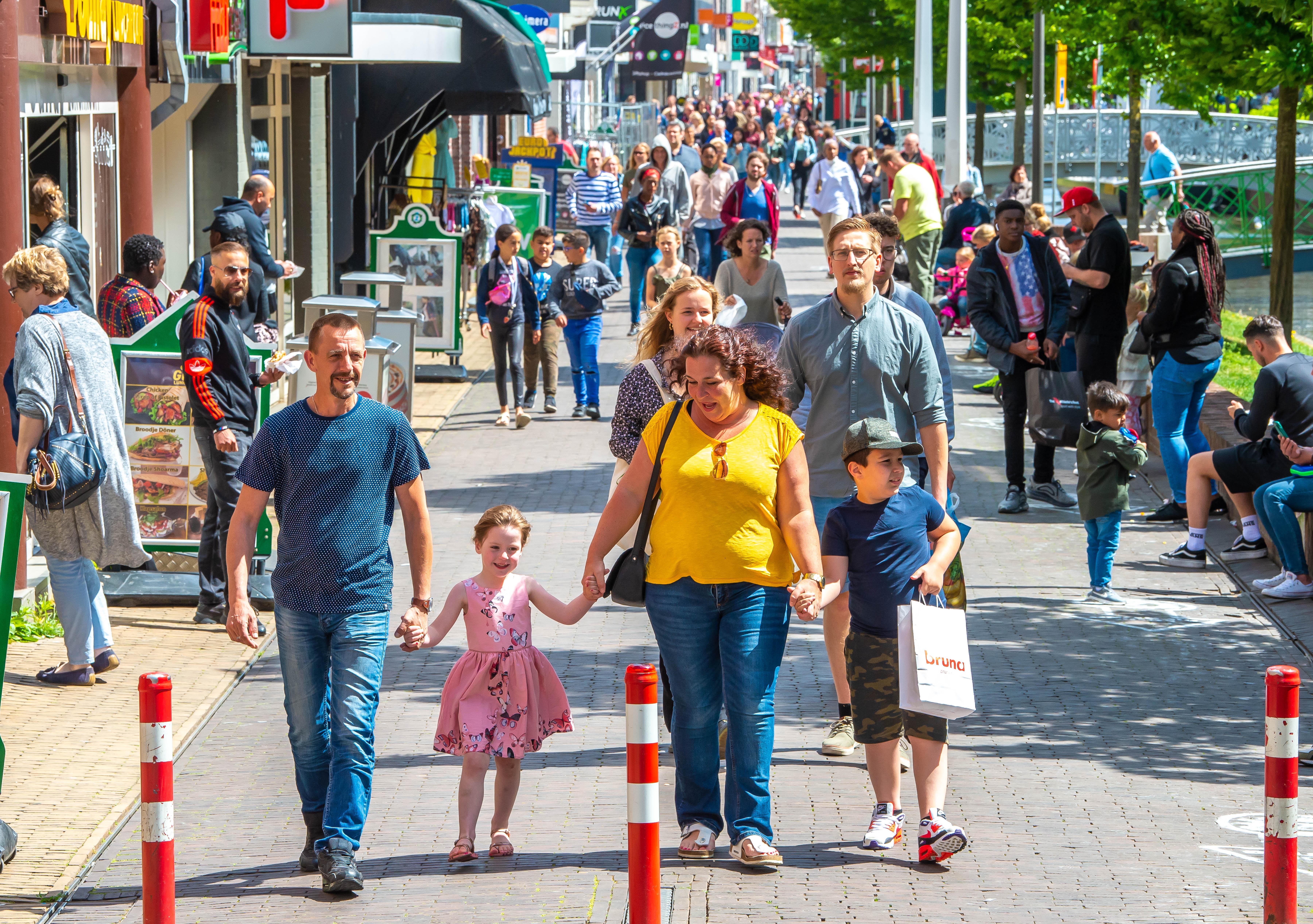 'Mooi voorbeeld voor zijn zoontje is die man'; gedrag winkelend publiek in centrum Zaandam soms als in pre-coronatijden