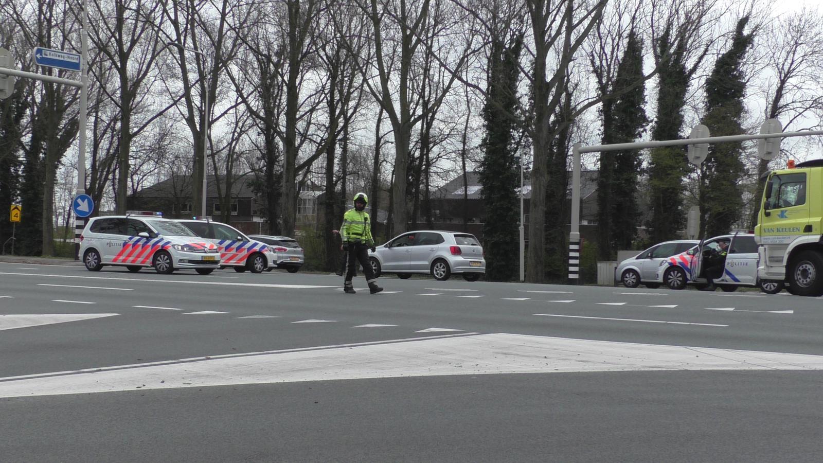 Auto klemgereden door politie op de Kolkweg in Oostzaan