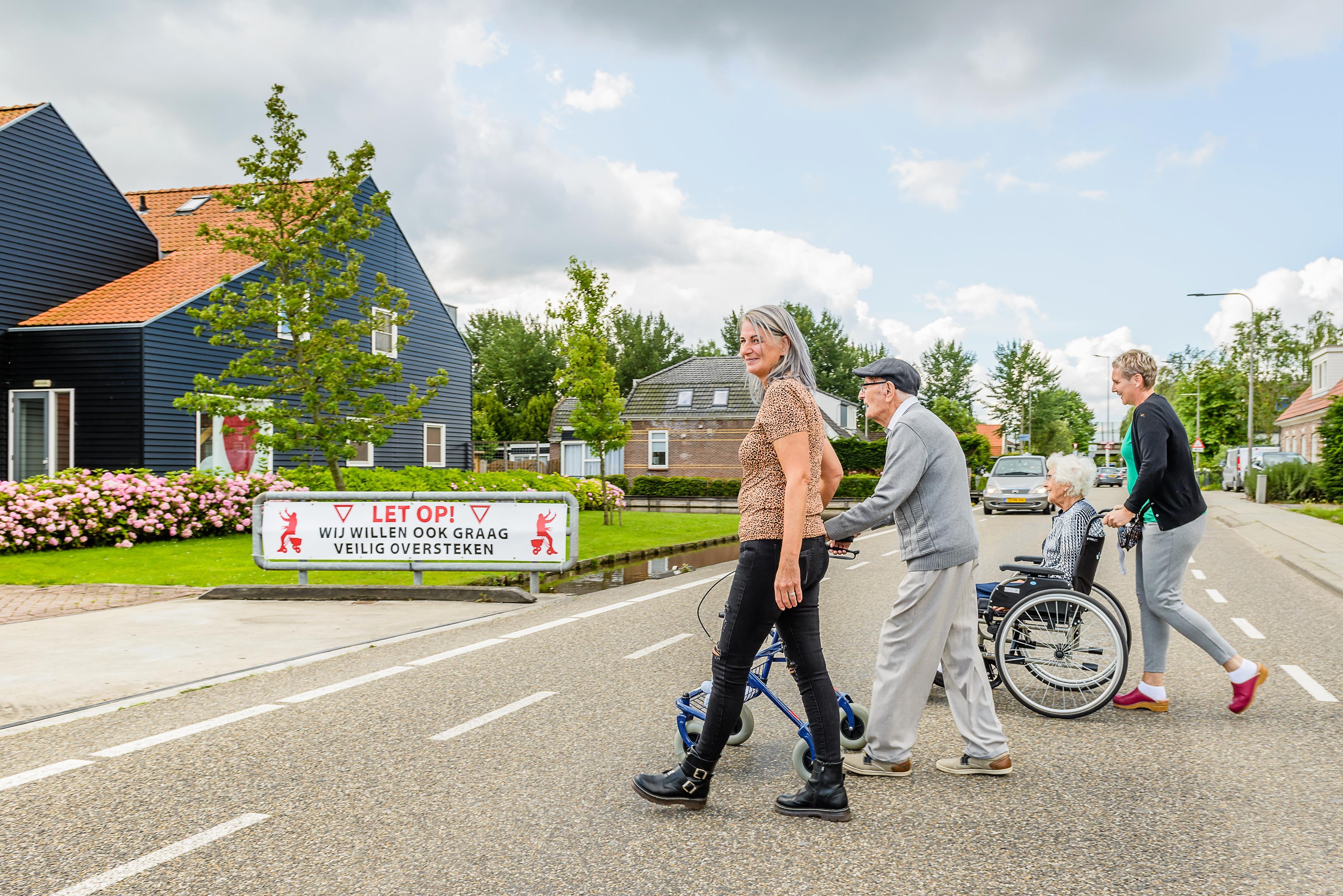 Actie voor veilige oversteek bewoners verpleeghuis Landsmeer; personeel betaalt waarschuwingsborden uit eigen zak; 'schandalig dat gemeente niets doet' [video]