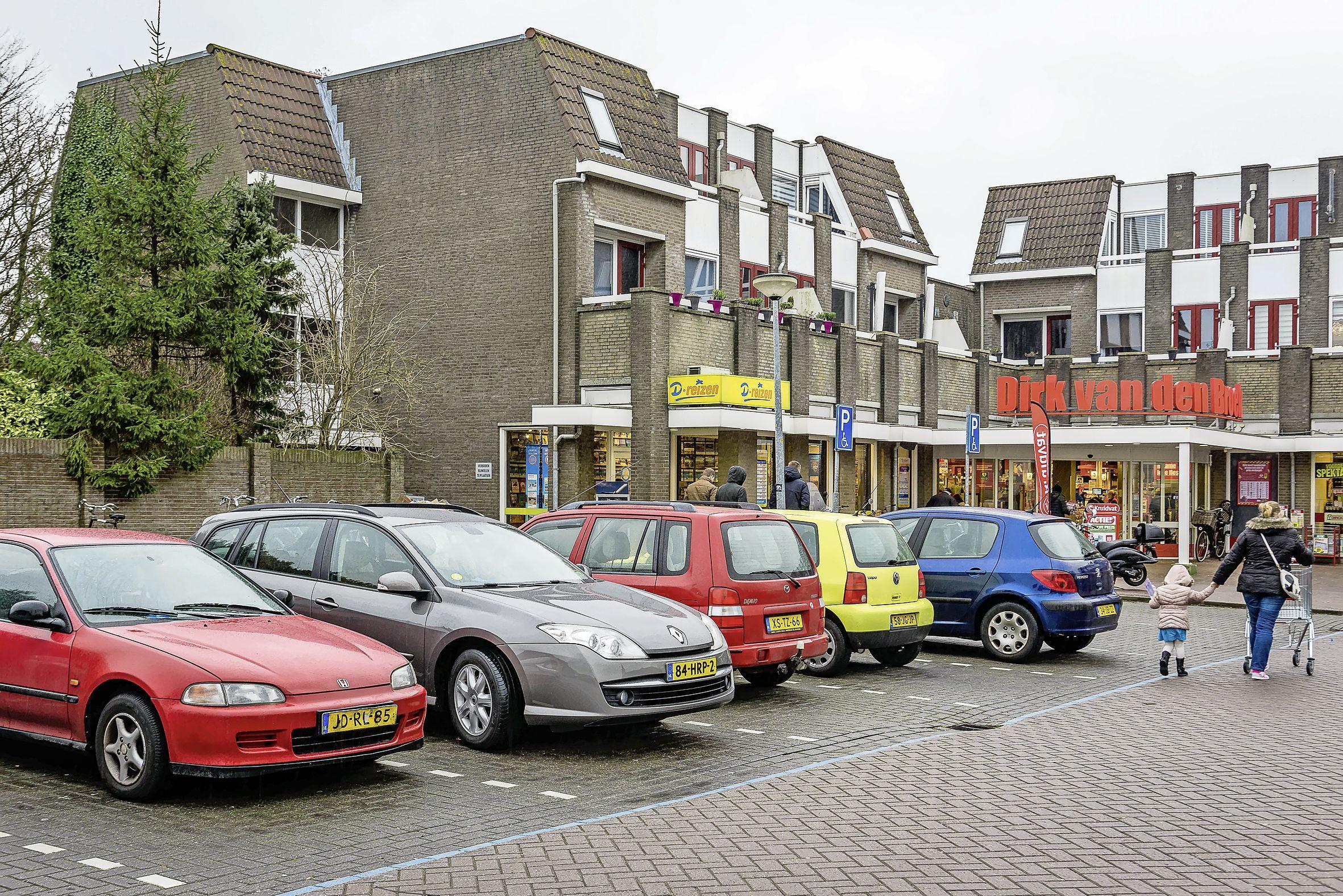 Blauwe zone bij Dirk in Oostzaan blijft. Slagboom kost teveel parkeervakken
