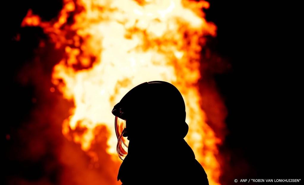 Brandweer bestrijdt grote brand in buitengebied Heinenoord