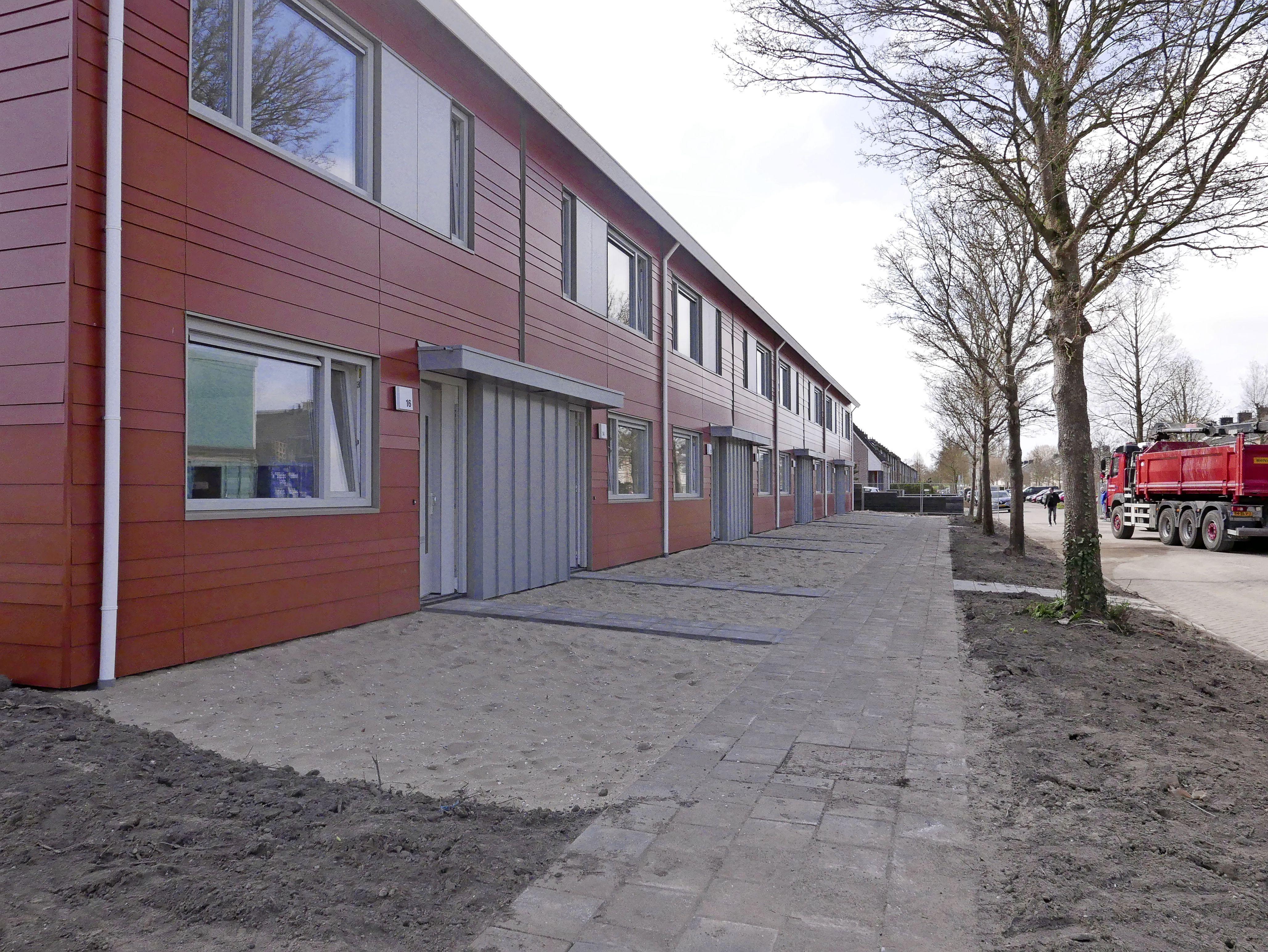 Ruim 1200 belangstellenden voor 22 nieuwe woningen in Medemblik. Eerste gelukkige huurders hebben nu de sleutel gekregen. 'We blijven volop bouwen, want de vraag is groot'