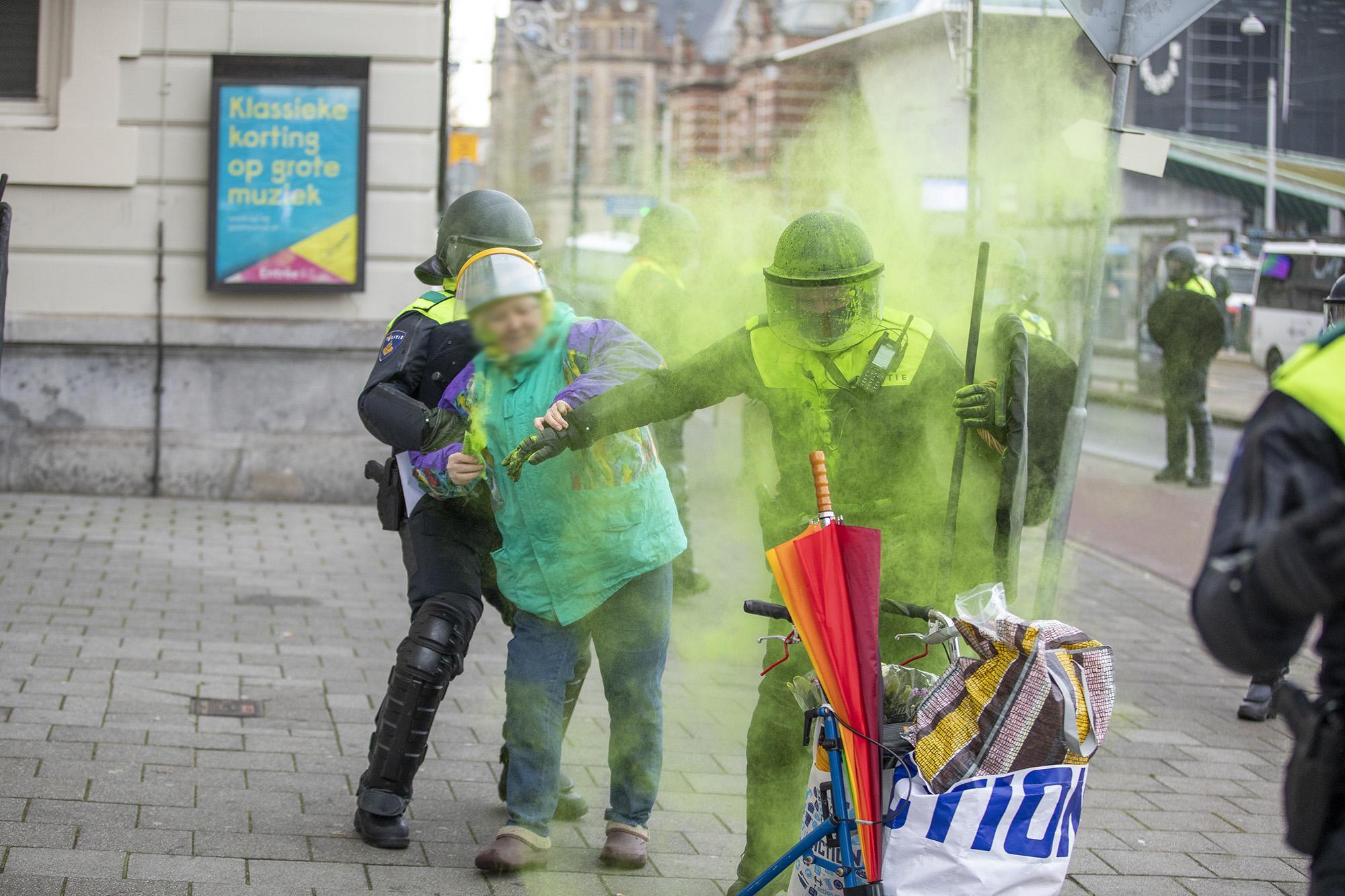 Politie beëindigt demonstratie tegen coronamaatregelen op Museumpein met waterkanon; ruim 170 mensen gearresteerd [fotoserie]