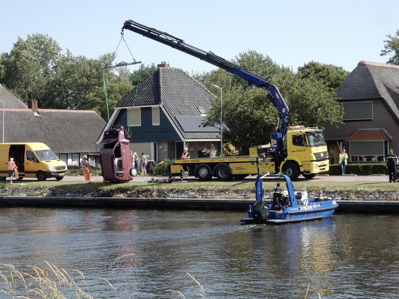 Auto te water langs Kanaaldijk in Koedijk; automobiliste zelf uit water gekomen