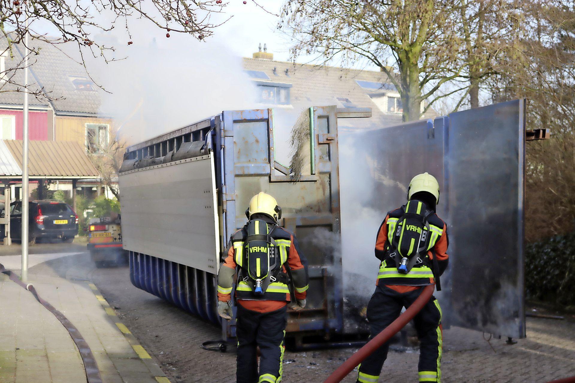 Vuilniswagen vliegt in brand tijdens het rijden in Noordwijkerhout, veel rookontwikkeling in de buurt