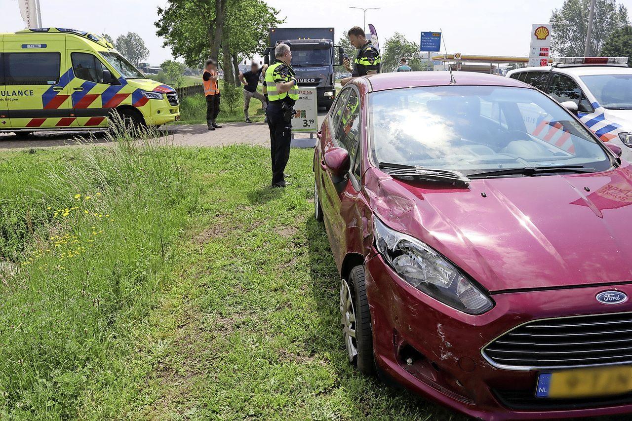 Auto botst tegen vrachtwagen in Hillegom, één gewonde