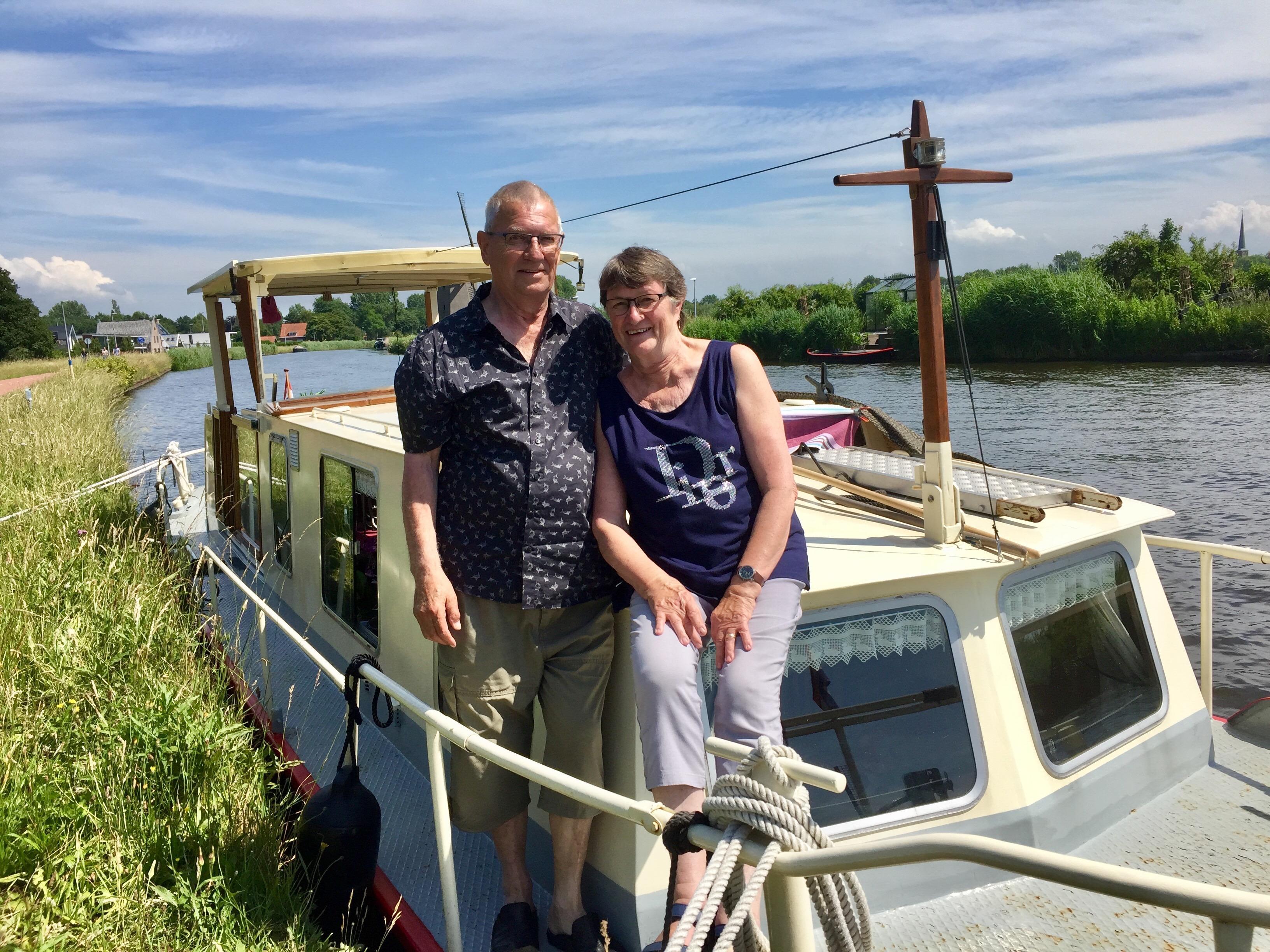 Onderweg: West-Friezen Jan en Trudy Commandeur zijn in Alkmaar met de Rodaka, het varende levenswerk van Jan. Honderd jaar geleden een groenteschuit, nu een familieschip