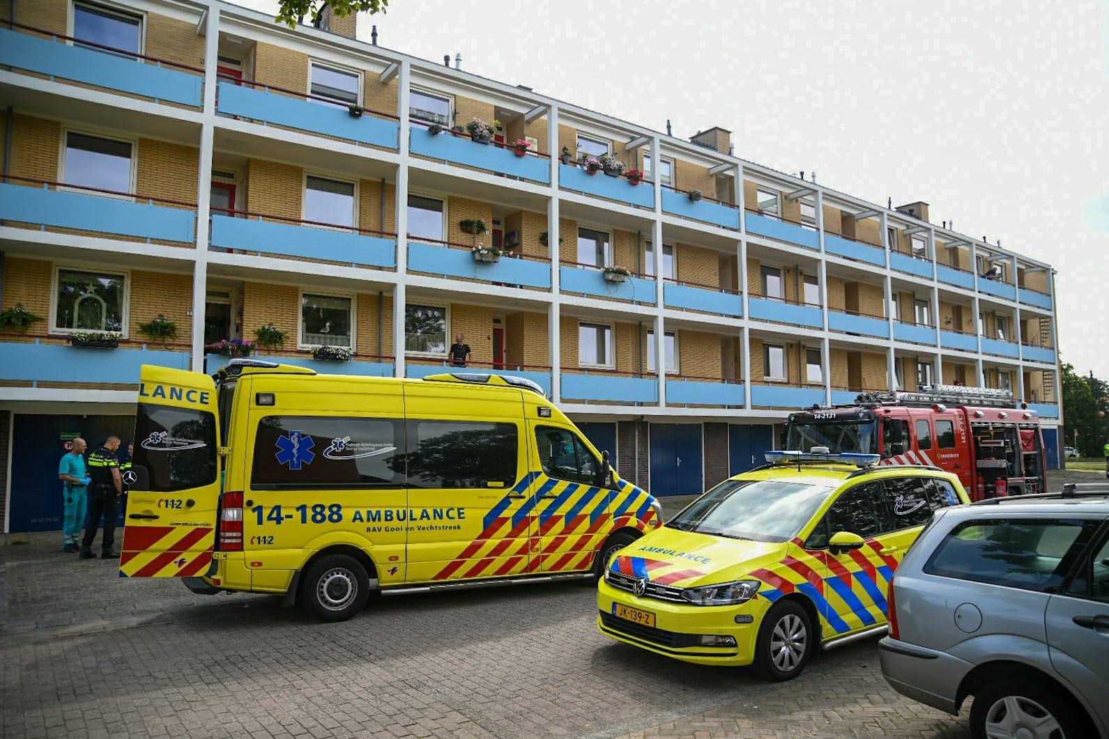 Brandweer redt vrouw uit brandende woning in Hilversum, slachtoffer naar ziekenhuis