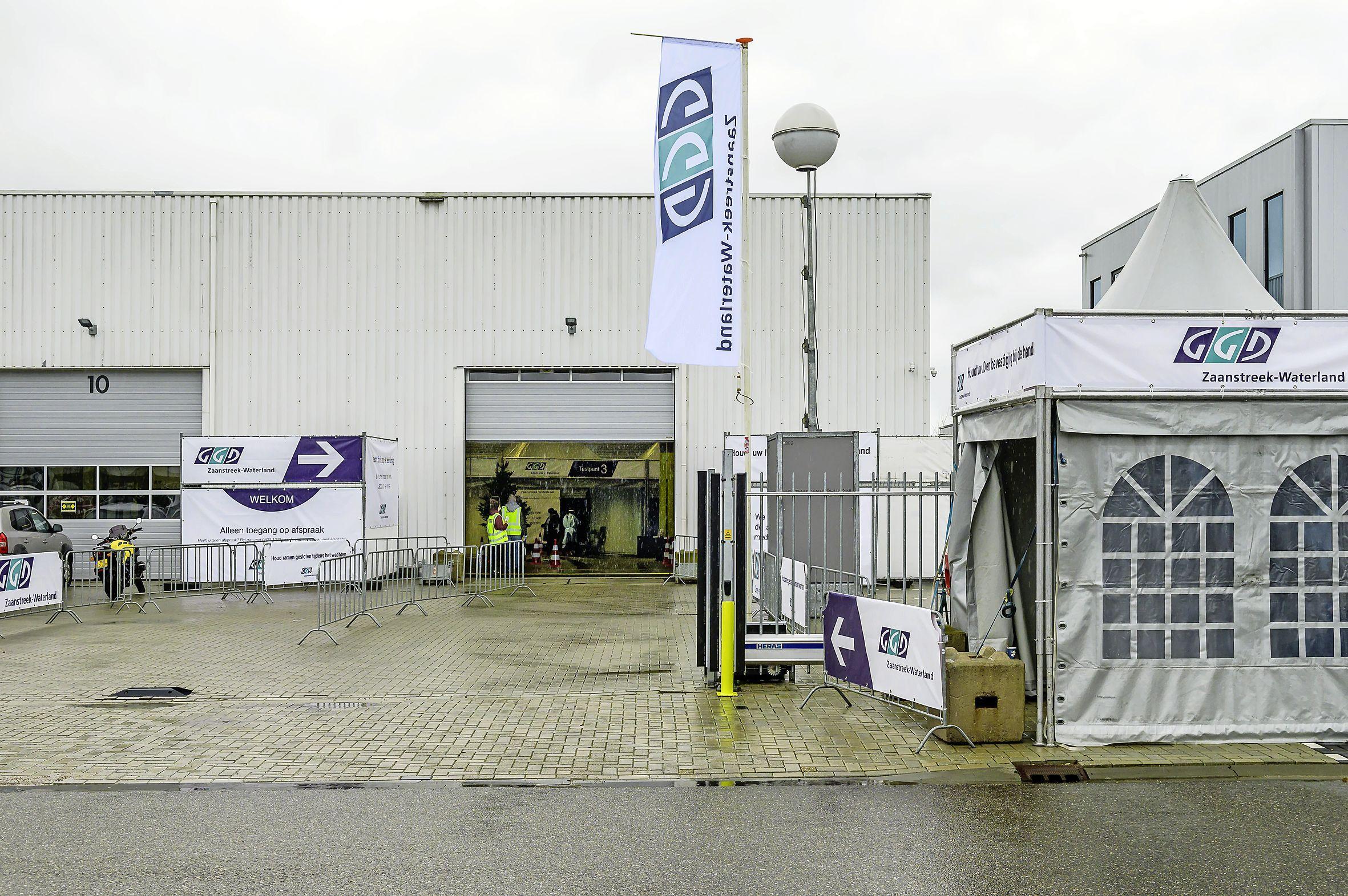 Coronateststraat in Wormerveer gesloten tot dinsdag en testbus Volendam voor bijna twee weken weg: 'Het is te koud'