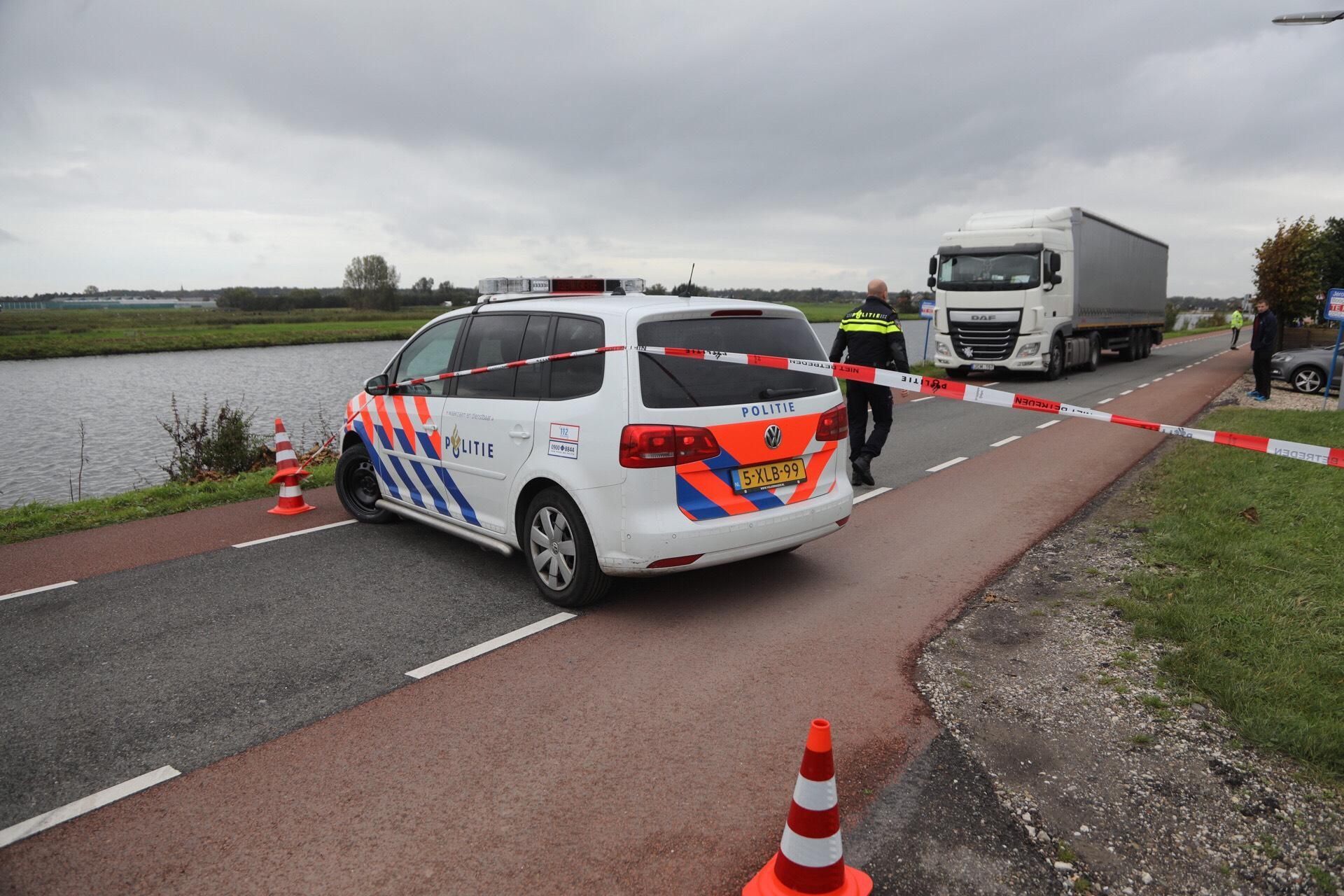 Auto in Ringvaart bij Beinsdorp na aanrijding