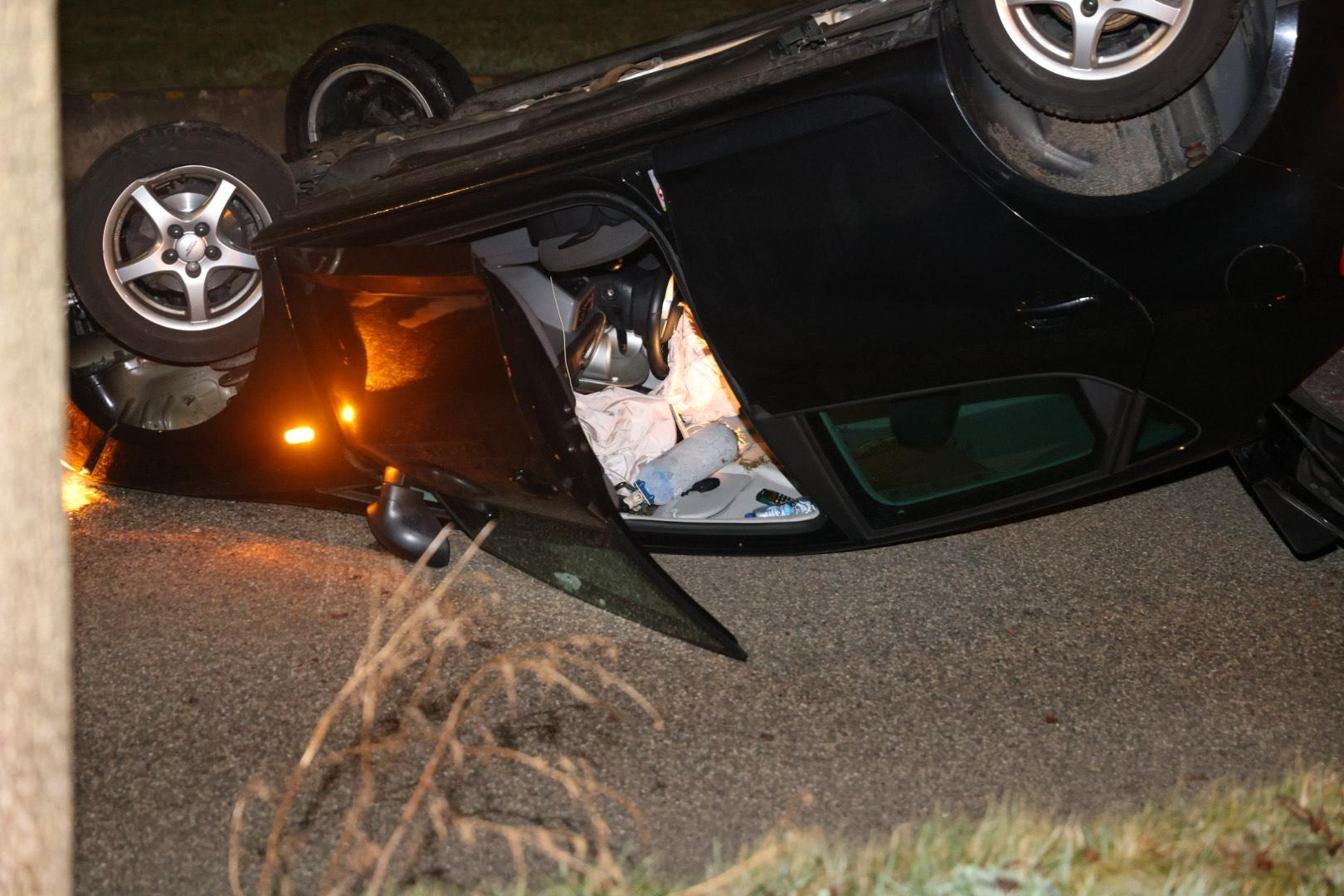 Auto belandt op dak bij ongeluk in Nieuw-Vennep, Componistenweg afgesloten