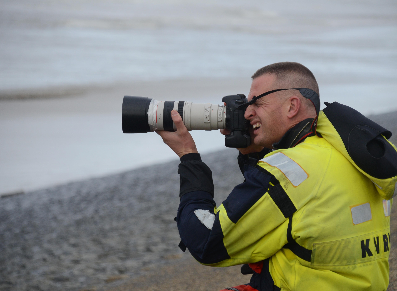 Arie van Dijk zwaait af als vrijwillige hulpverlener én fotograaf van Katwijkse KNRM: 'Heel belangrijk om in beeld te brengen onder welke omstandigheden wij werken'