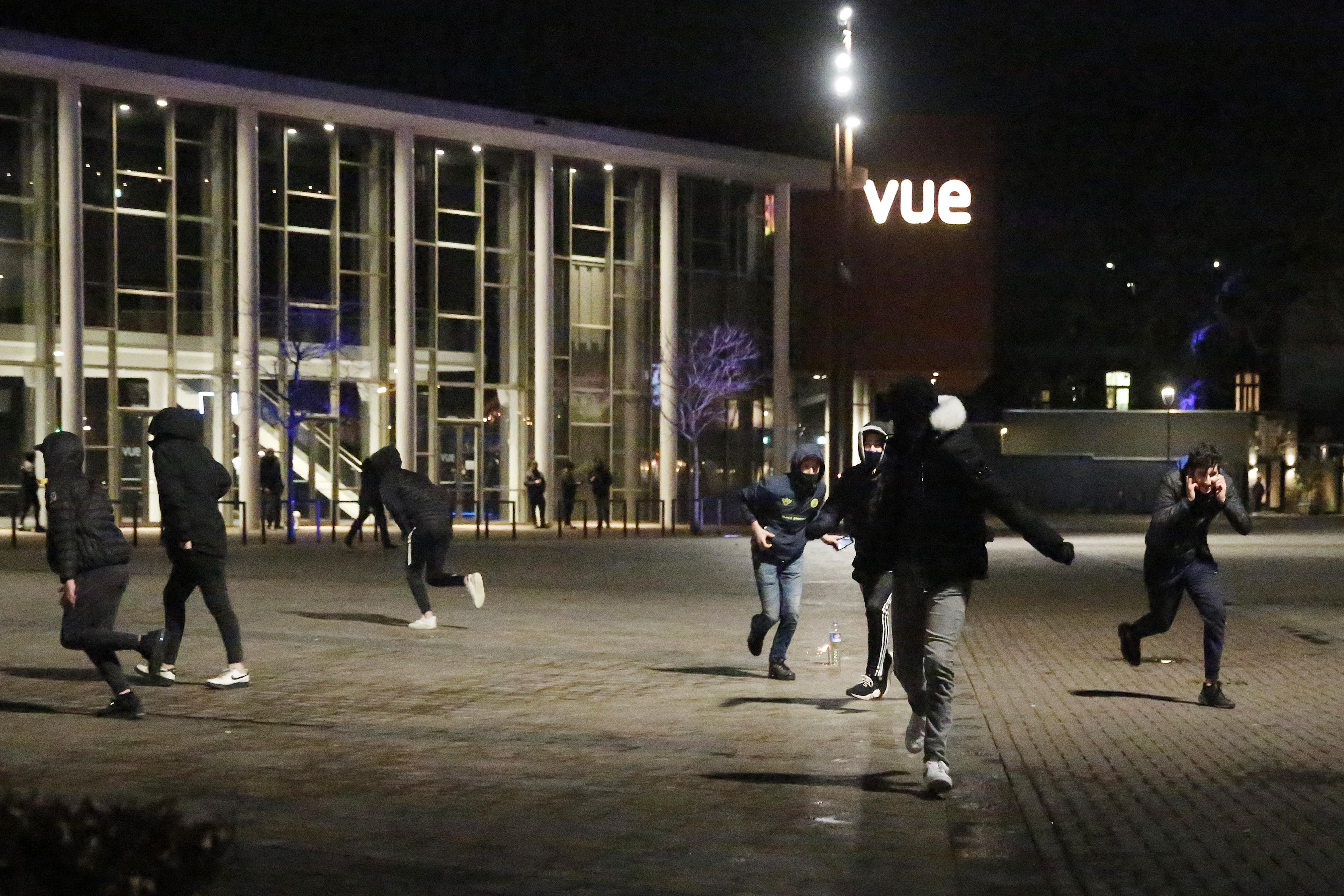 Politie veegt met vriendelijke hand het Marktplein in Hilversum leeg. 'Joh, ga lekker naar huis'