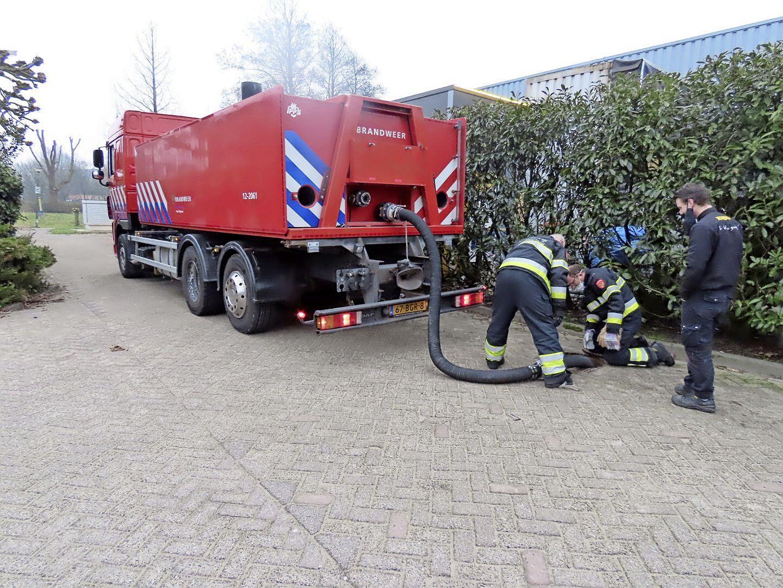 Bewoners wijk in Uitgeest worstelen met fikse stankoverlast door rioleringswerkzaamheden: brandweer uitgerukt na alarmerende meldingen over 'gaslucht'