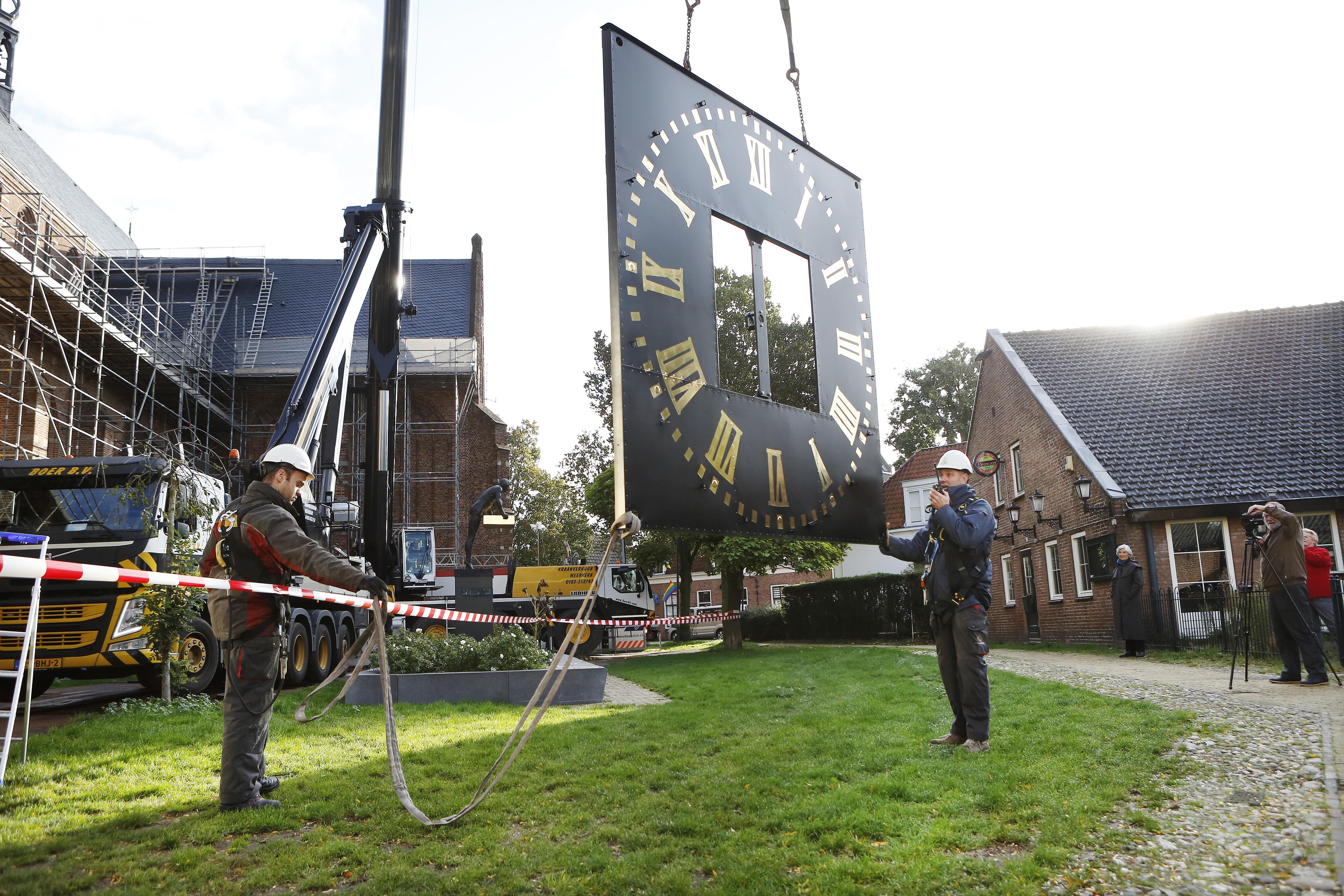 Wijzerplaten en wijzers van monumentaal uurwerk in Naarden-Vesting kunnen er zeker weer veertig jaar tegen: 'De klok van de Grote Kerk is mijn horloge'