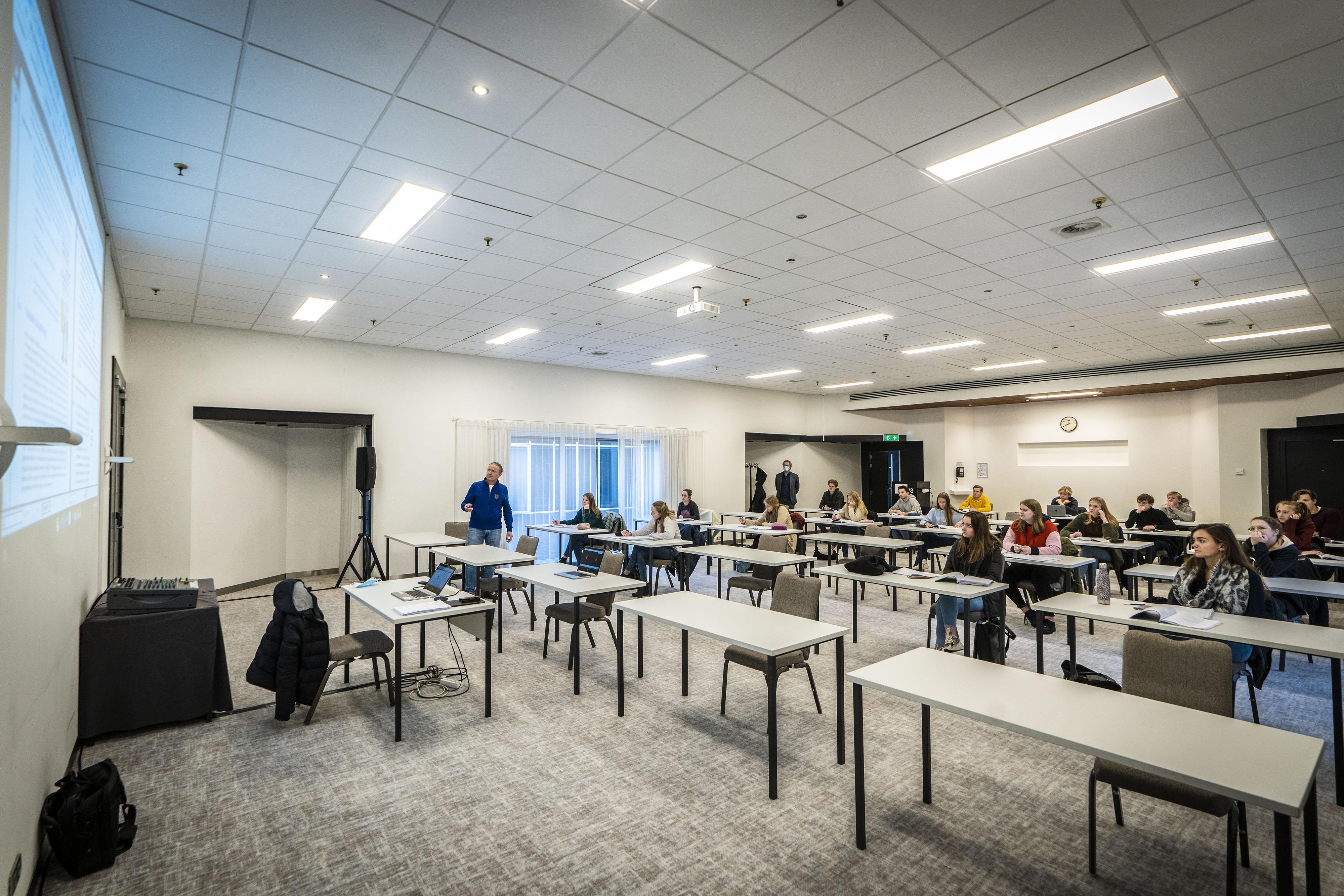 Examenleerlingen Teylingen College Leeuwenhorst in Noordwijkerhout krijgen les in naastgelegen hotel: 'Hier geen gerotzooi met microfoons'
