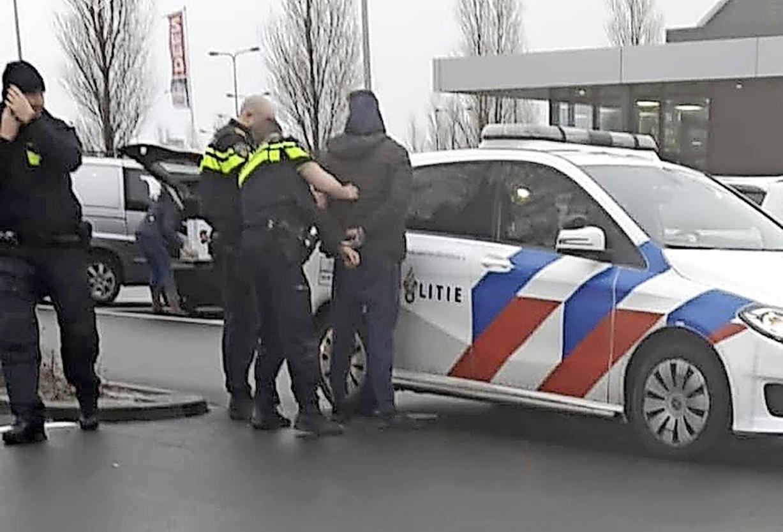 'Verkeershufter' Leroy van D. (28) uit Julianadorp is weer opgepakt. Ditmaal op verdenking van babbeltrucs in 't Gooi. En zijn woning is verzegeld door politie