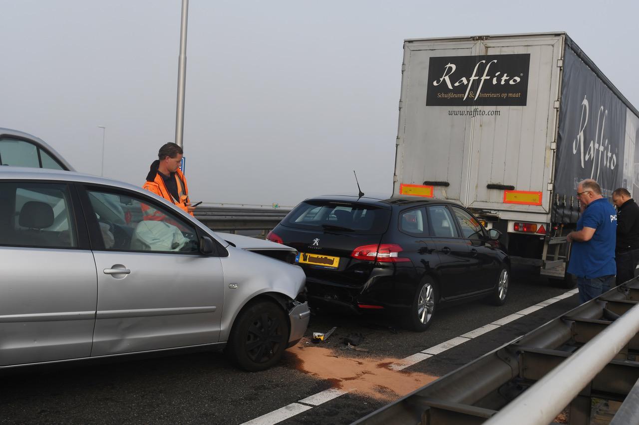Ongeval met auto's en een vrachtwagen op mistige Europaweg