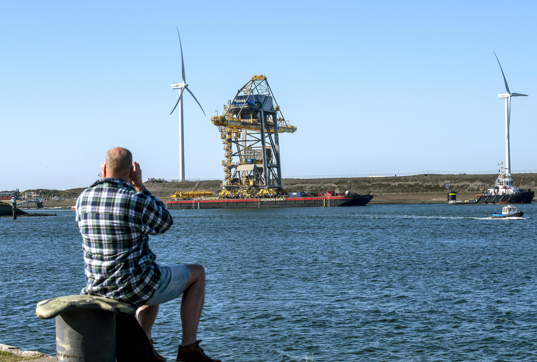 Megahavenkraan over zee aangekomen bij Tata Steel in IJmuiden