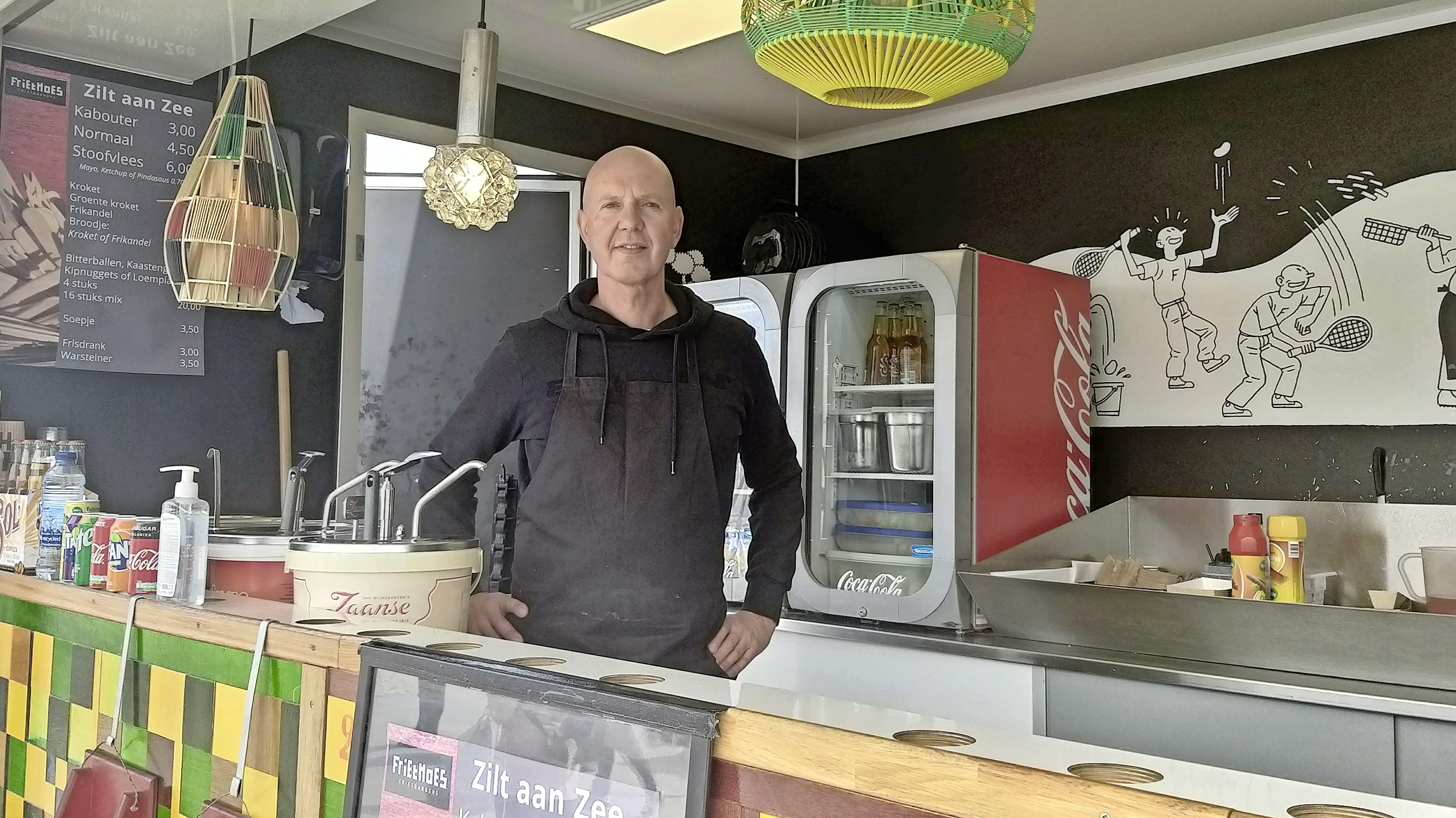 Marcel Petchi is naast patatbakker informatiepunt op IJmuiderstrand