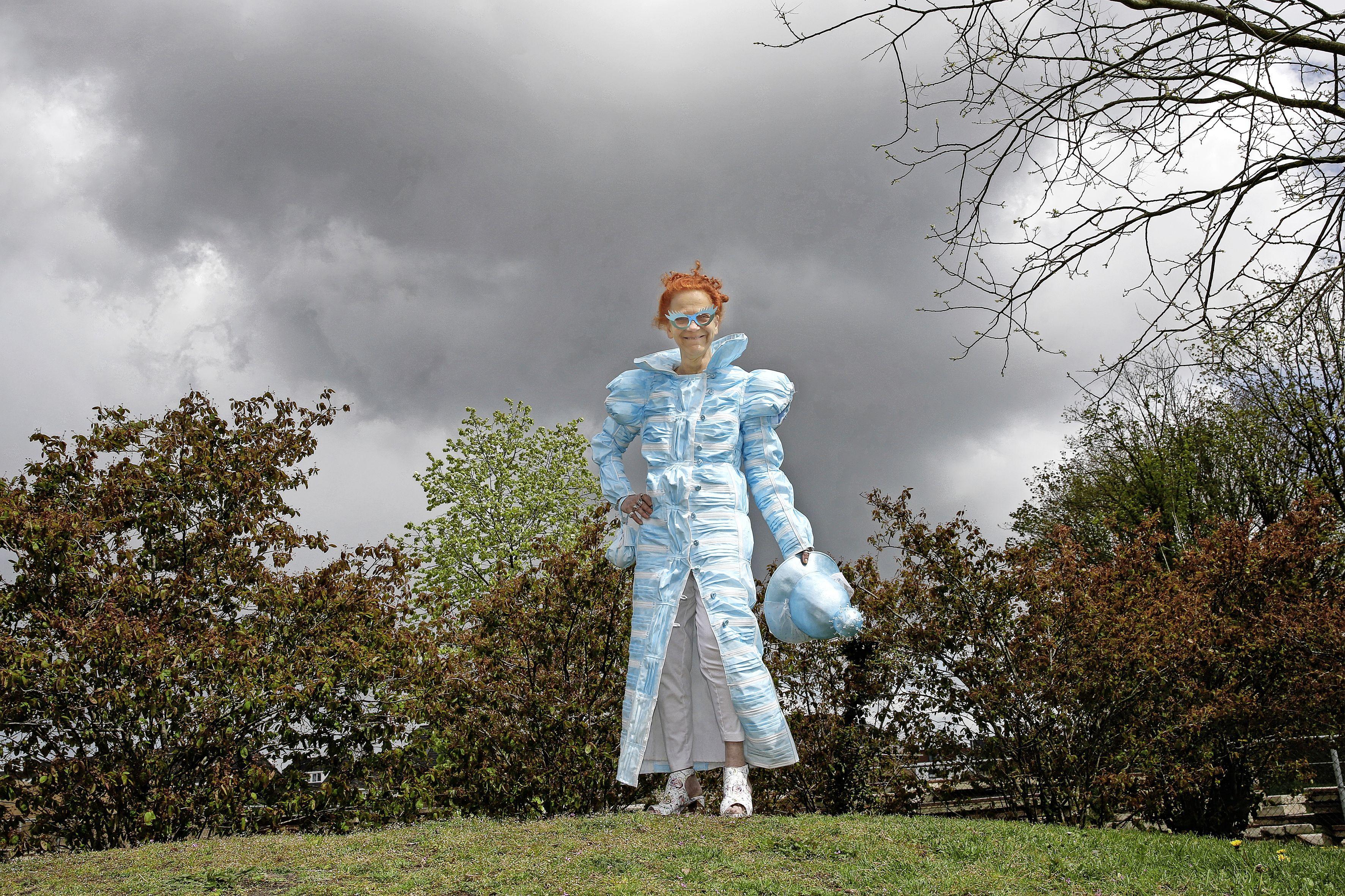 Een waanzinnige jurk gemaakt van 191 mondkapjes. Hoe verzin je het? Hilversumse Judith verandert in betoverende sprookjesprinses als ze haar coronacreatie aantrekt. 'Ik wil mensen vrolijk maken'