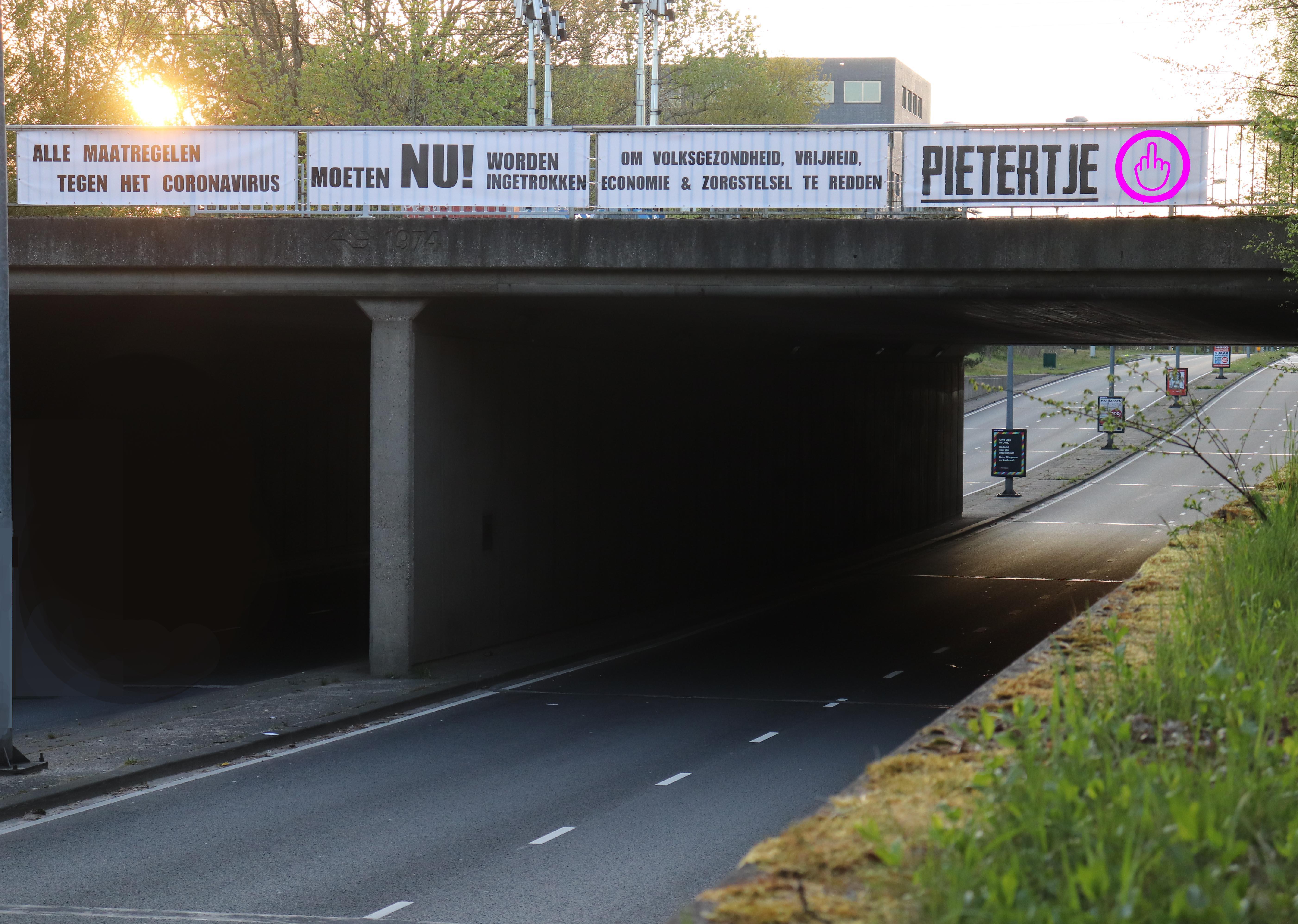 'Pietertje' en politie staan ook voor een groot raadsel: Wie zit er achter het coronaspandoek in Hilversum?