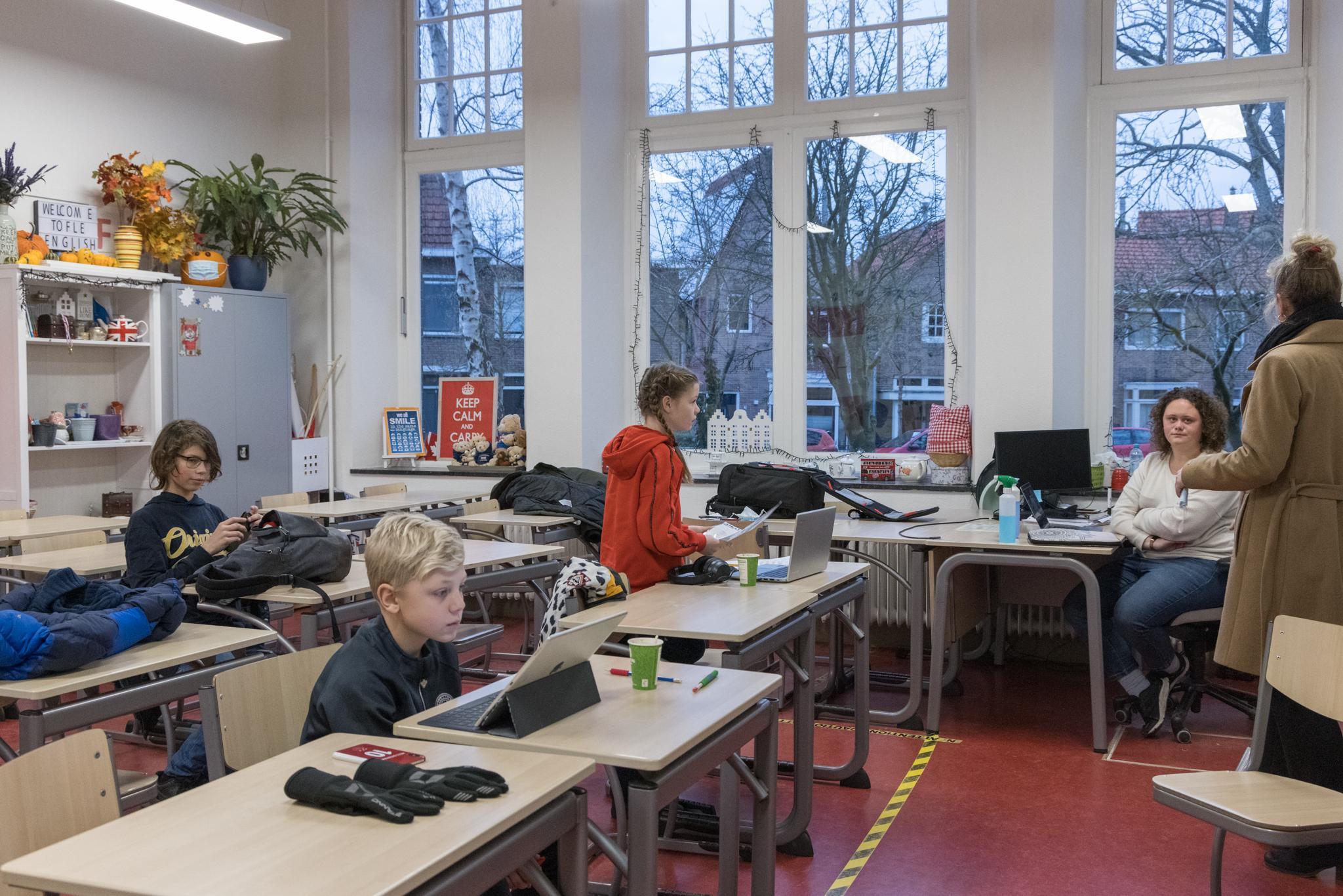 OSG West-Friesland biedt leraren kinderopvang op school: 'Thuis lesgeven en tegelijk je eigen kind bij schoolwerk begeleiden, is echt hangen en wurgen'