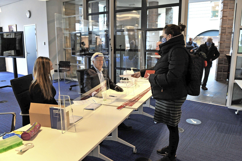 Veel rollators in de rij voor het stembureau. Voor ouderen en kwetsbaren zijn de verkiezingen al begonnen: 'Per brief stemmen? Ik heb nog twee benen die functioneren'