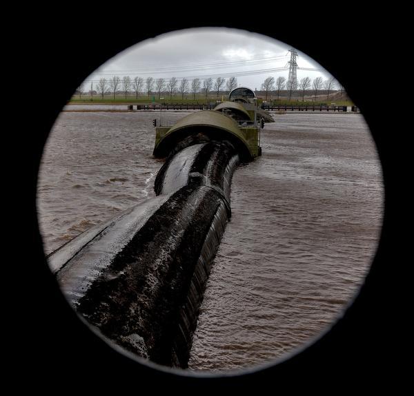 Balgstuw in Oude Wetering ligt dwars: vaarverkeer gestremd