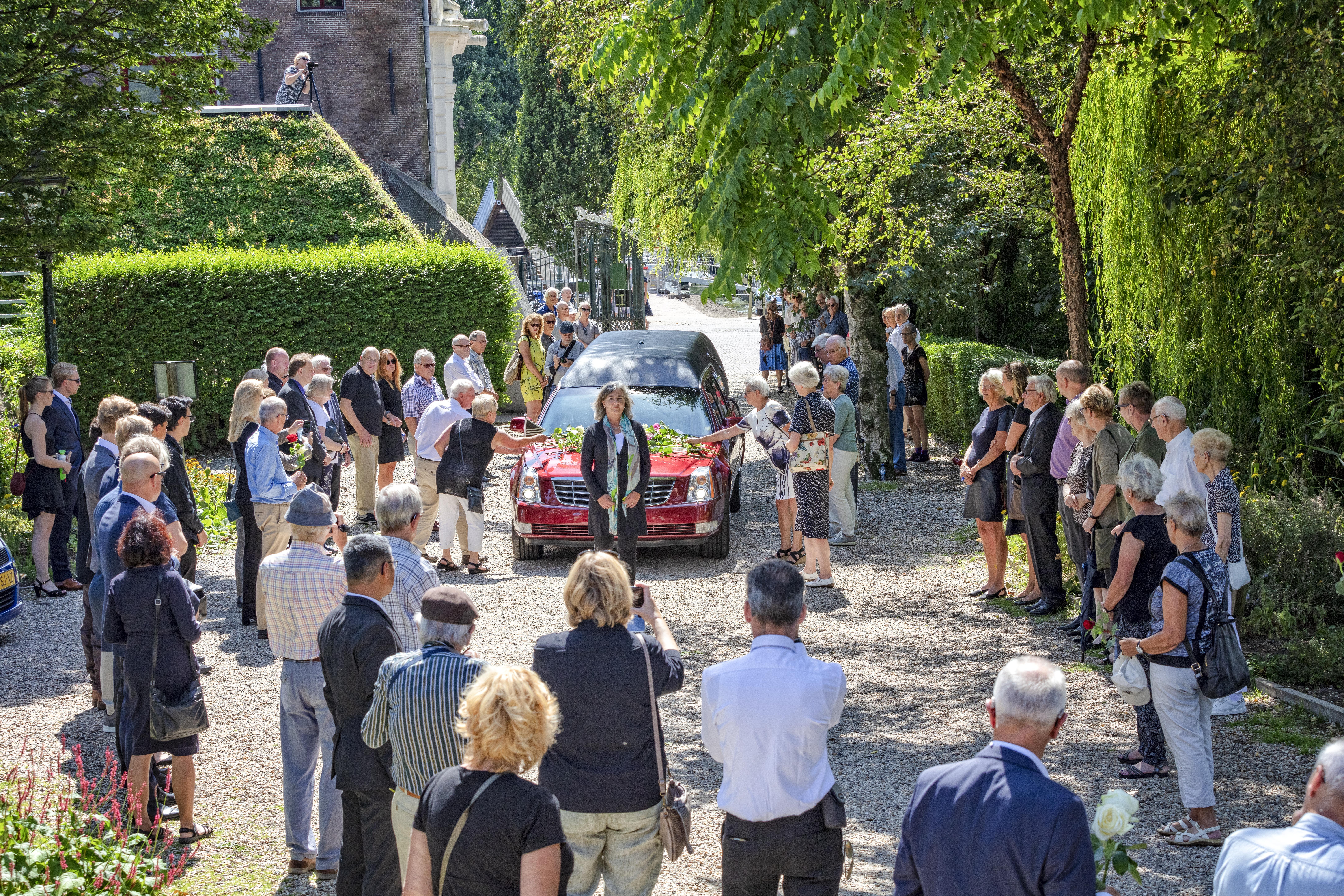 Leidse Filmclub doet Pim Perquin met erehaag uitgeleide bij begraafplaats Zijlpoort