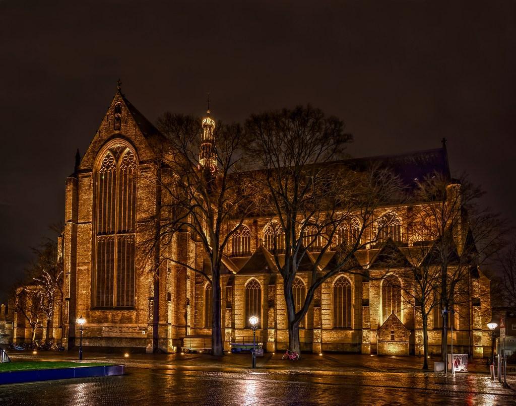 Zes vensters in het noordtransept van de Grote Kerk in Alkmaar worden gerestaureerd. Half jaar lang staan er in de Grote Kerk steigers