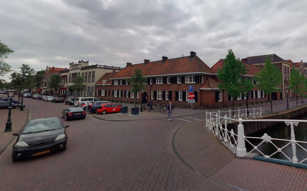 Eigenaar hofje en winkeliers Doezastraat vinden dat gemeente Leiden niet kan tellen, als het om parkeerplaatsen gaat
