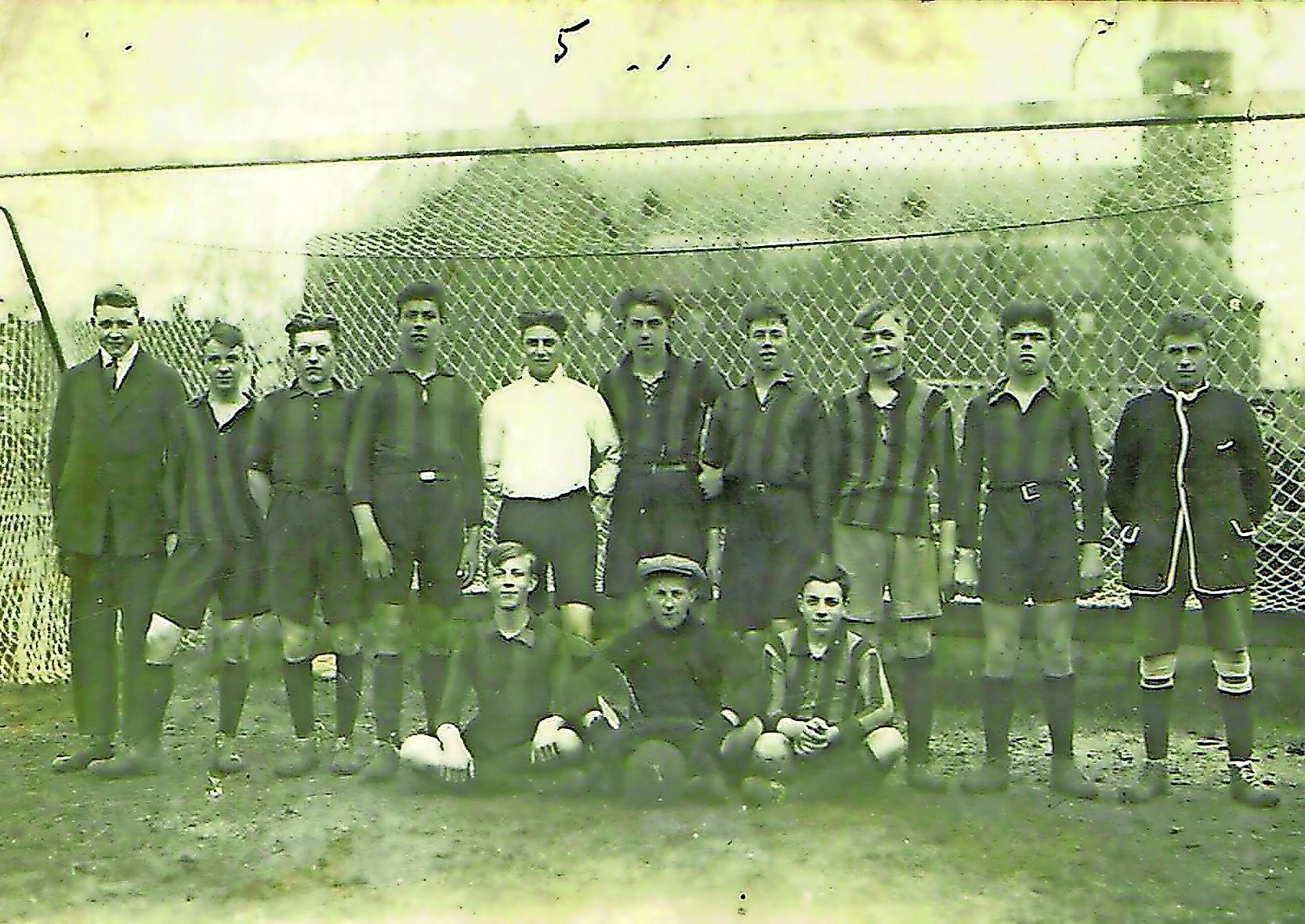 Honderd jaar voetbal in Volendam: op zoek naar het geheim van een bijzondere dorpsclub. 'Je moet geen kapsones hebben, want dan gaat je kop eraf'